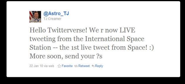 Первый твит с борта МКС: «Привет, Твиттер! Мы в прямом эфире с Международной космической станции — и это первый твит прямо из космоса! :) Дальше — больше, пишите нам»