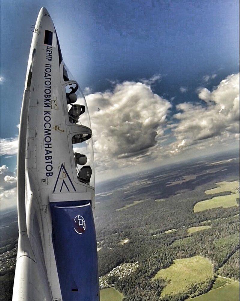 Тренировочный самолёт центра подготовки космонавтов вмомент выполнения одной из фигур. || Фото: https://www.instagram.com/spacelegion