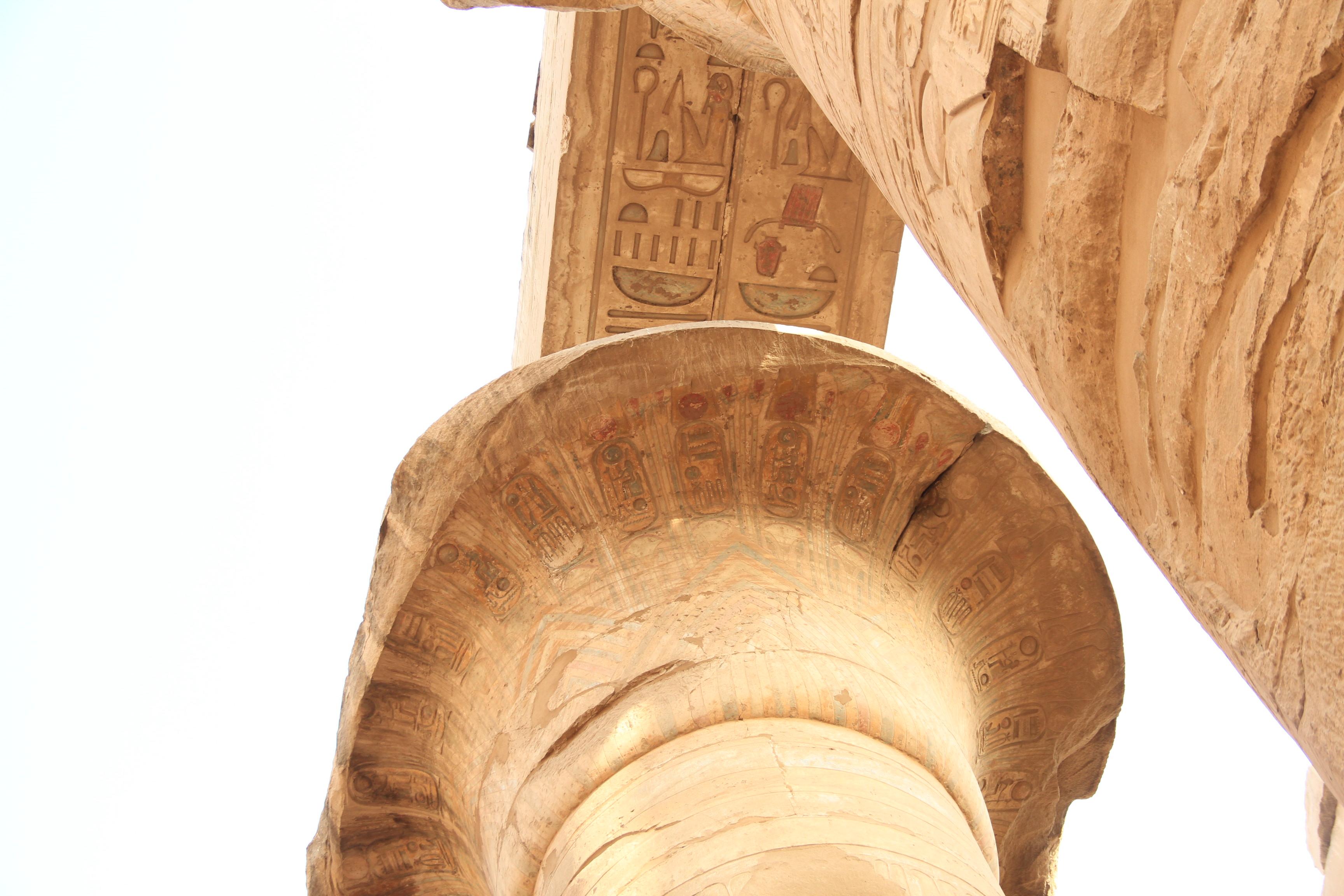 Карнак. Капитель колонны ссохранившейся росписью
