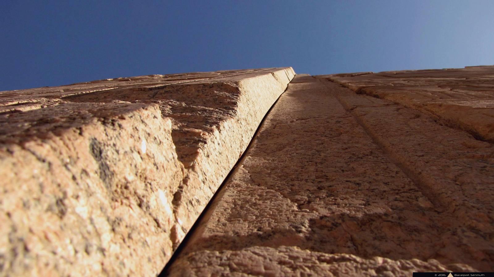 Пропил награнитных воротах пилона Тутмоса III