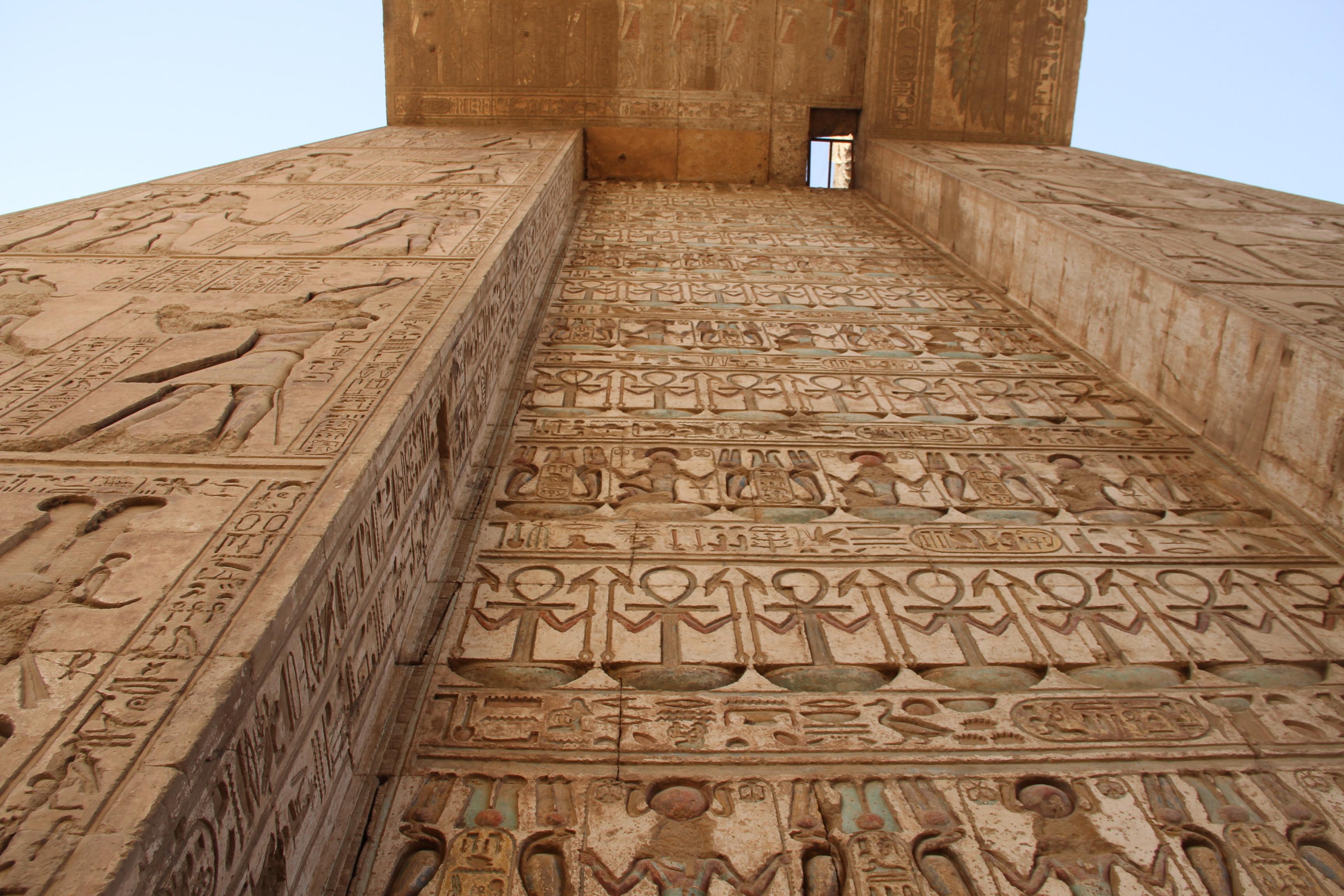 Рельефы ироспись наворотах вКарнаке