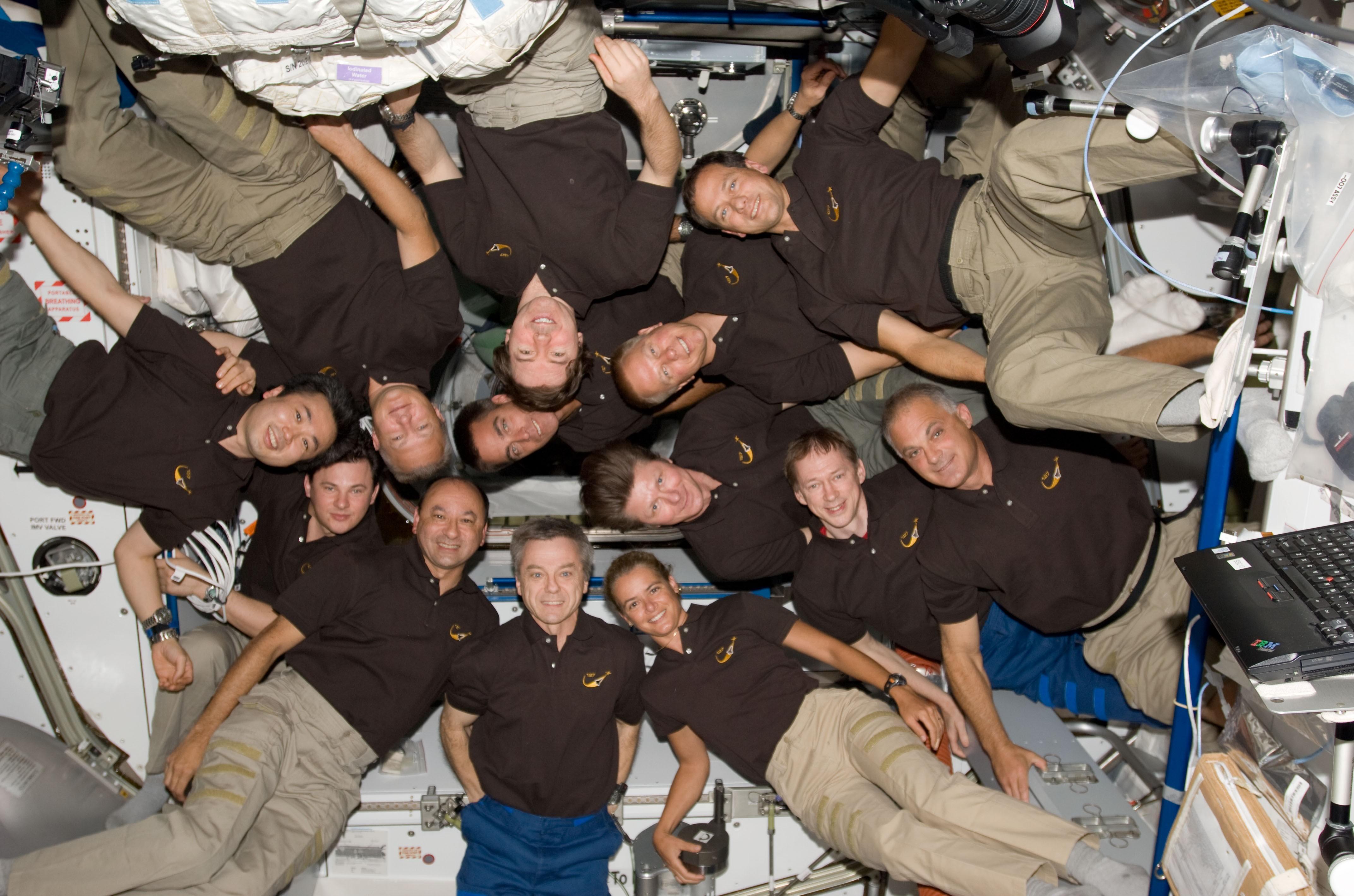 13 человек на борту станции — экипаж МКС и шаттла «Индевор»   Фото: НАСА