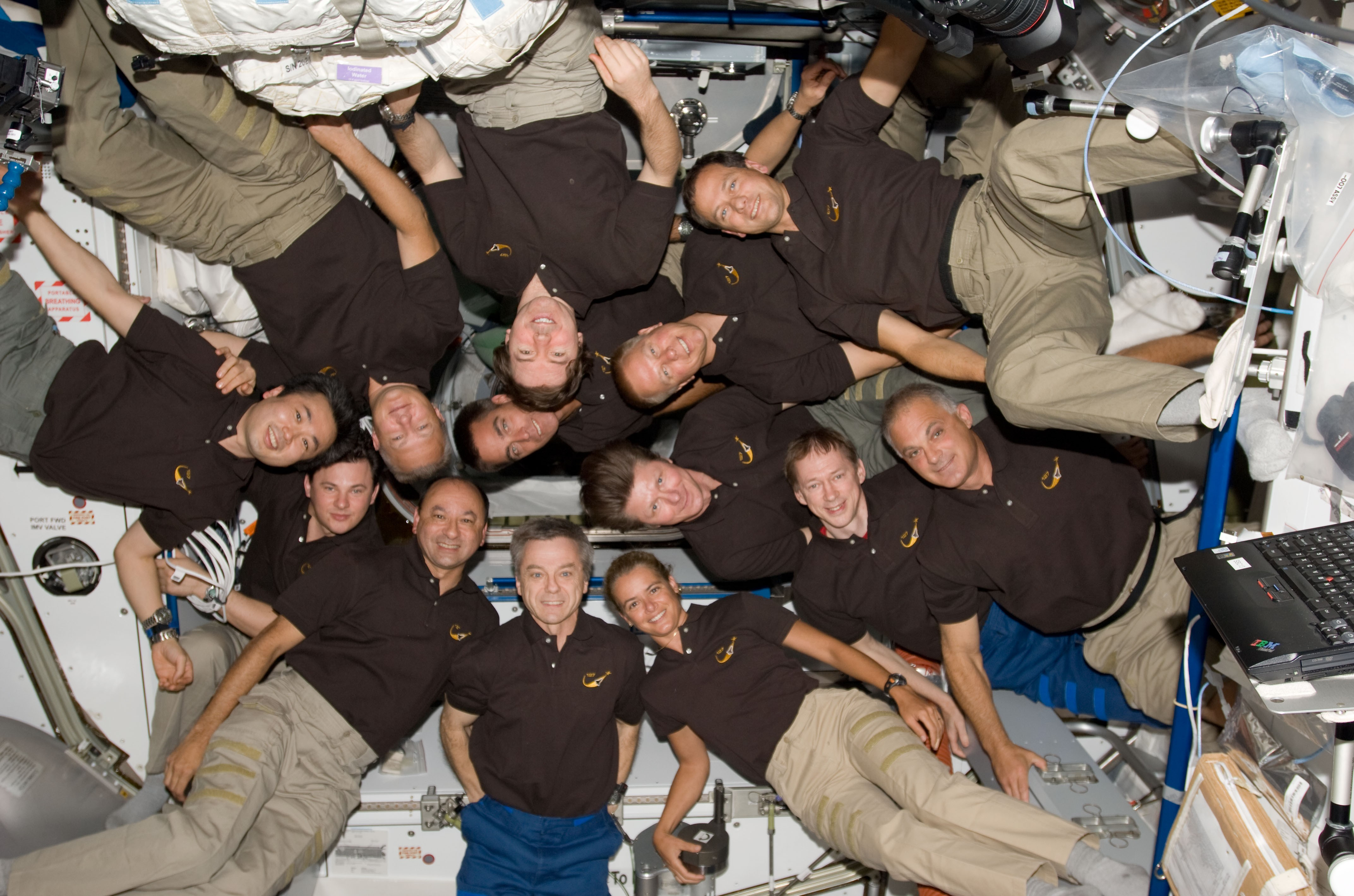 13 человек наборту станции— экипаж МКС ишаттла «Индевор»|| Фото: НАСА