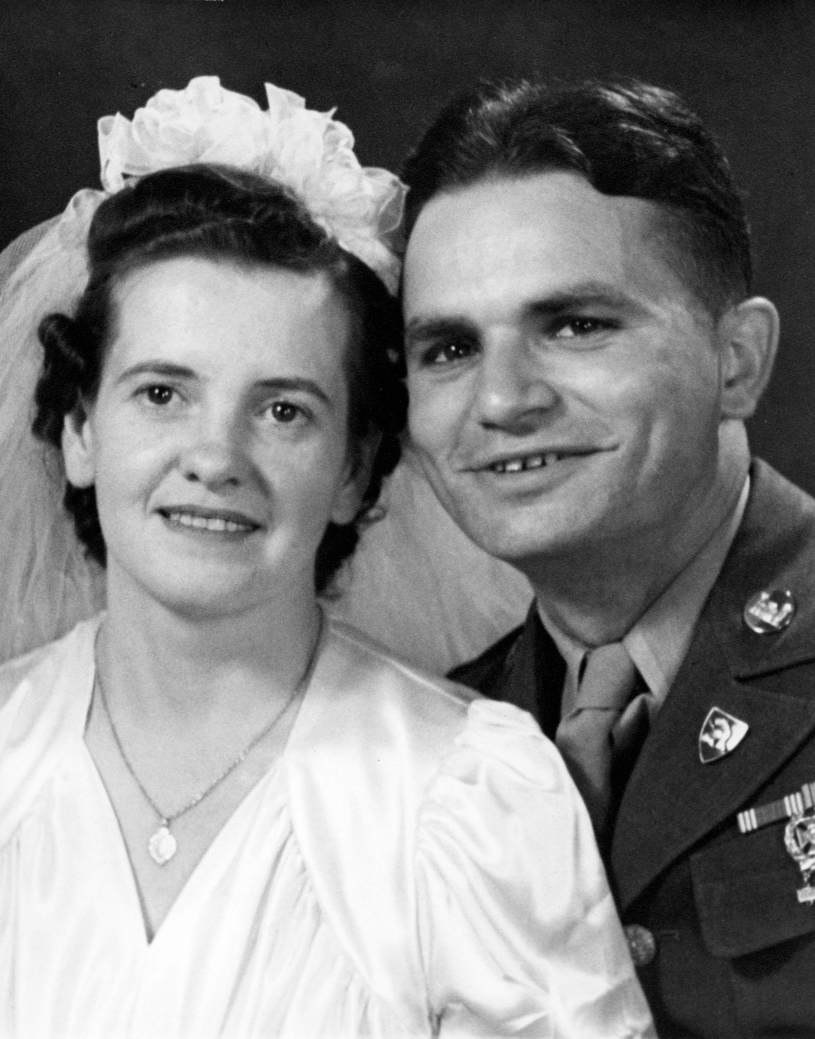 Джим иЭлис Нисбет Коллинз вдень их свадьбы в1940-х годах.