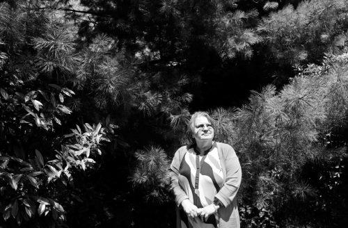 """Элис Коллинз Плебух позирует фотографу после встречи сродственниками вСифорде, США, 24 июня. Про её отца она говорит, что рада, что он нежил вэпоху рекреационной геномики. «Мой папа потерял бы свою идентичность"""",— говорит Плебух. «Он был отчасти пощажён»."""