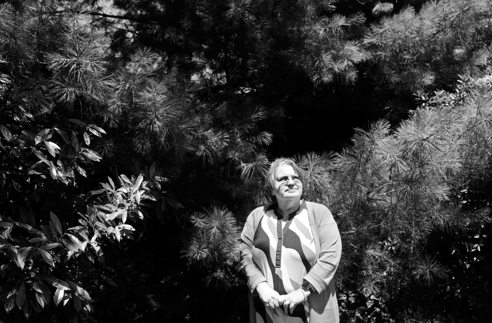 """Элис Коллинз Плебух позирует фотографу после встречи сродственниками вСифорде, Нью-Йорк, США, 24 июня. Про её отца она говорит, что рада, что он нежил вэпоху рекреационной геномики. «Мой папа потерял бы свою идентичность"""",— говорит Плебух. «Он был отчасти пощажён»."""