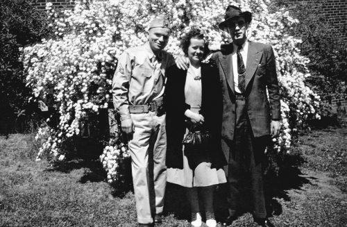 Джим Коллинз, его жена Элис иДжон Коллинз, брат, скоторым Джим воспитывался. Фото сделано примерно в1944-м году. Джон был почти наголову выше, чем Джим.