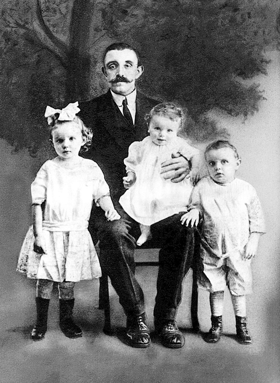 Дети семьи Коллинз— слева направо Китти, Джим иДжон— со своим отцом Джоном Джозефом Коллинзом в1914 году. Вдовец Коллинз немог заботиться отрёх своих детях иотправил их жить вдетские дома. Он умер, когда Джим ещё был ребёнком.