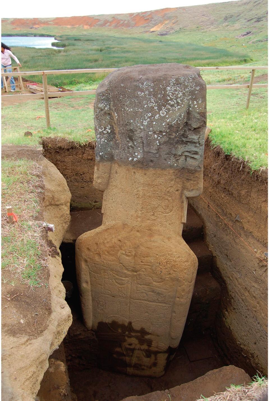 Статуя моаи rr-001-156 впроцессе раскопок
