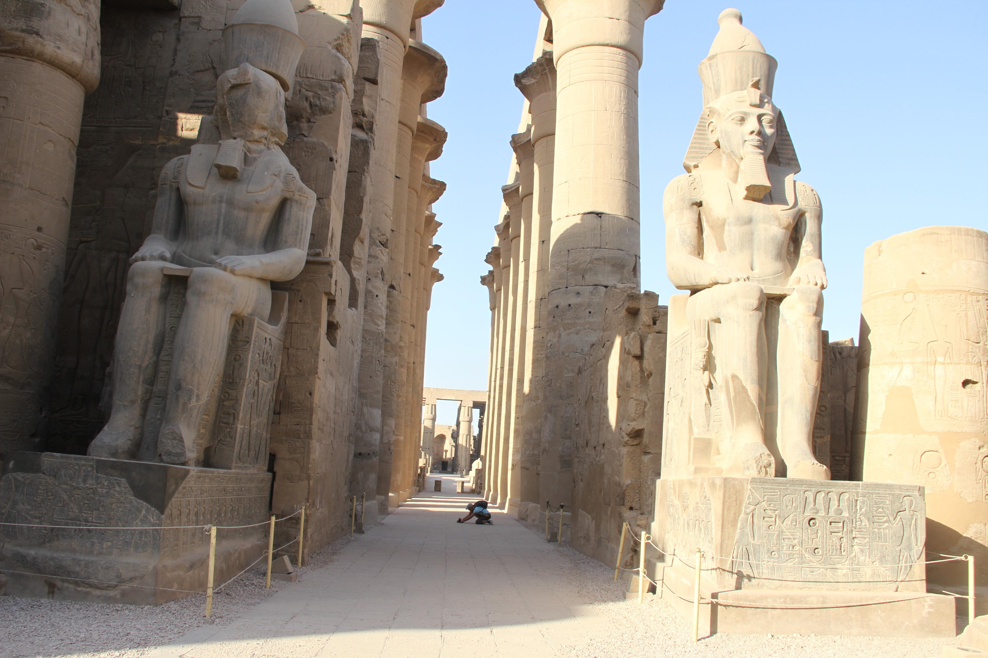 В Луксорском храме. Напереднем плане— сидячие статуи Рамсеса II