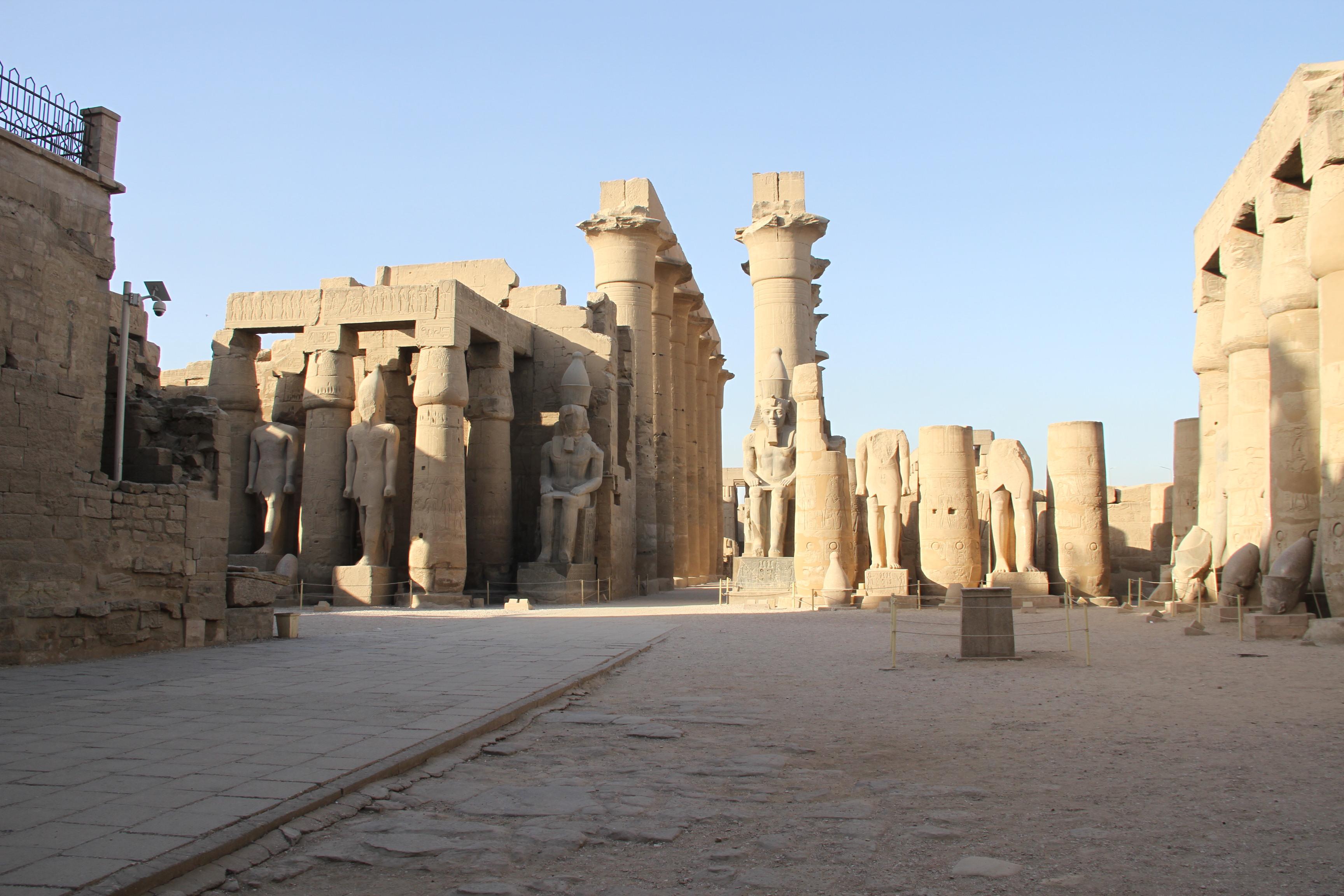 В Луксорском храме. Двор Рамсеса II