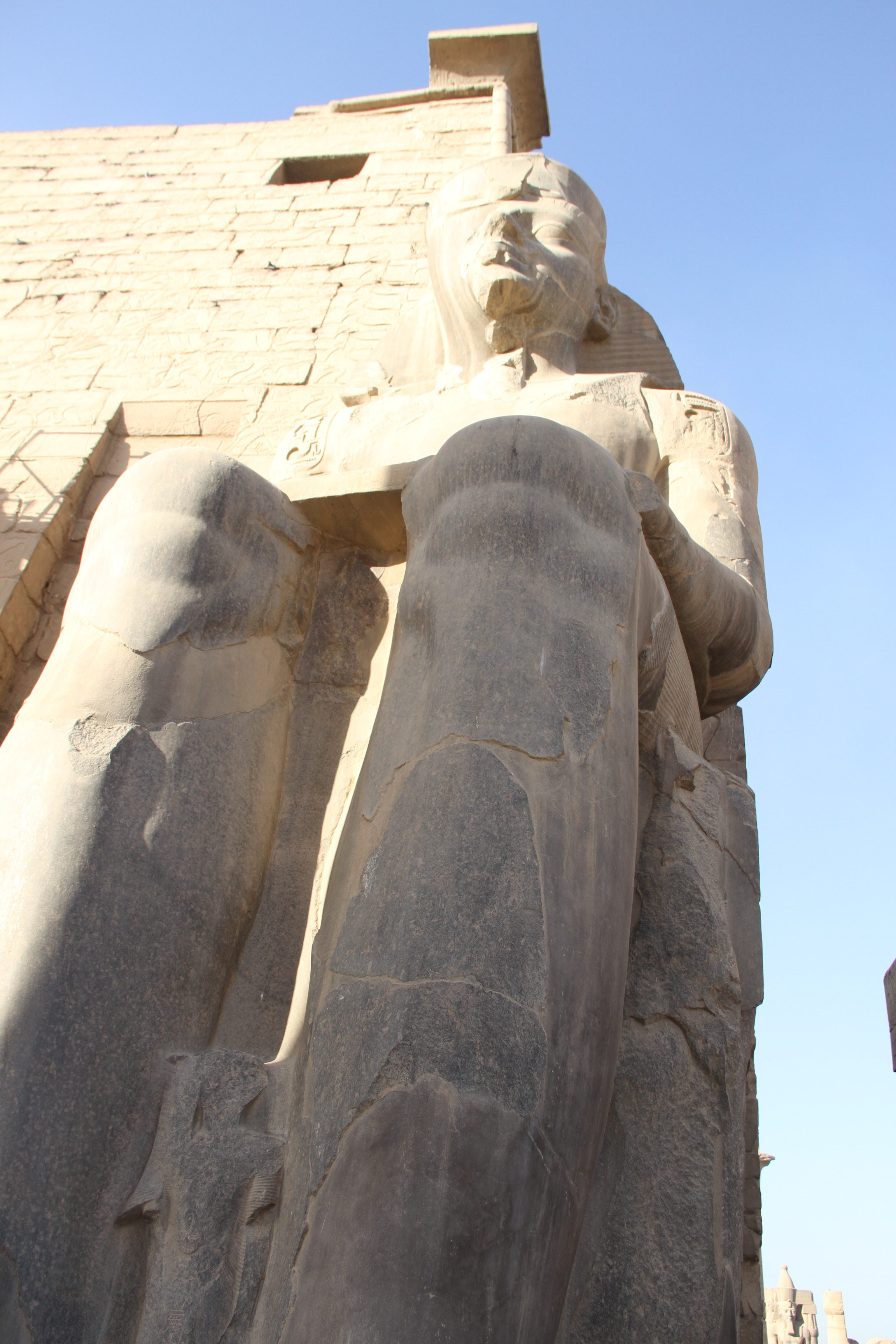 Статуя Рамсеса II перед Луксорским храмом