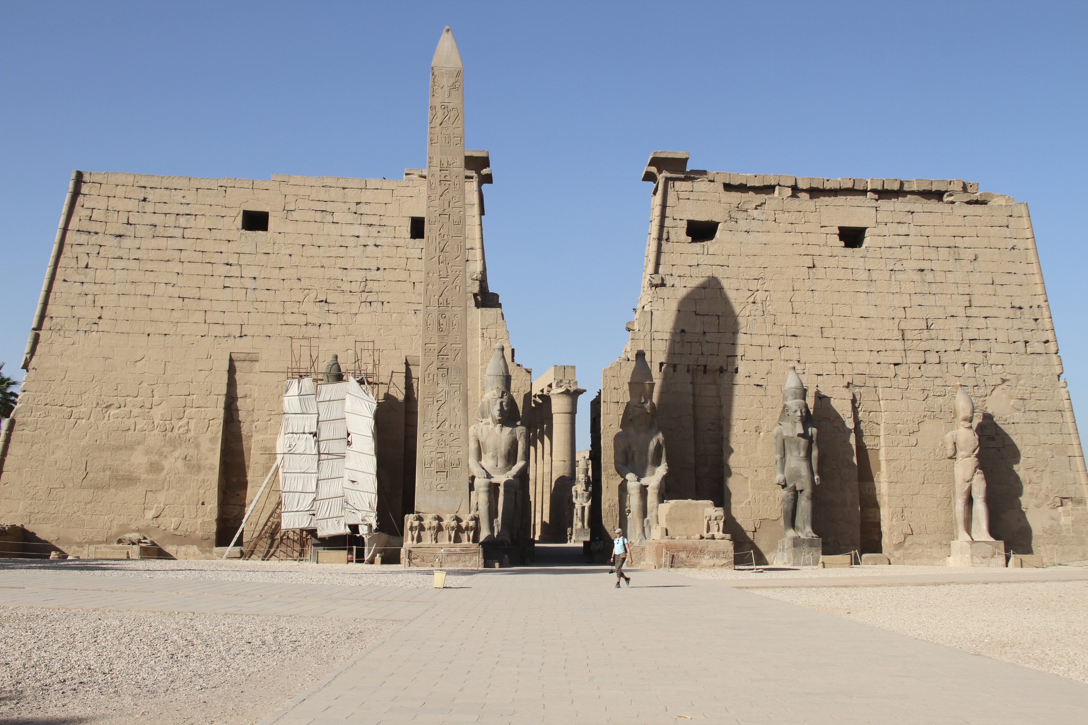 Луксорский храм. Вид напилон Рамсеса II