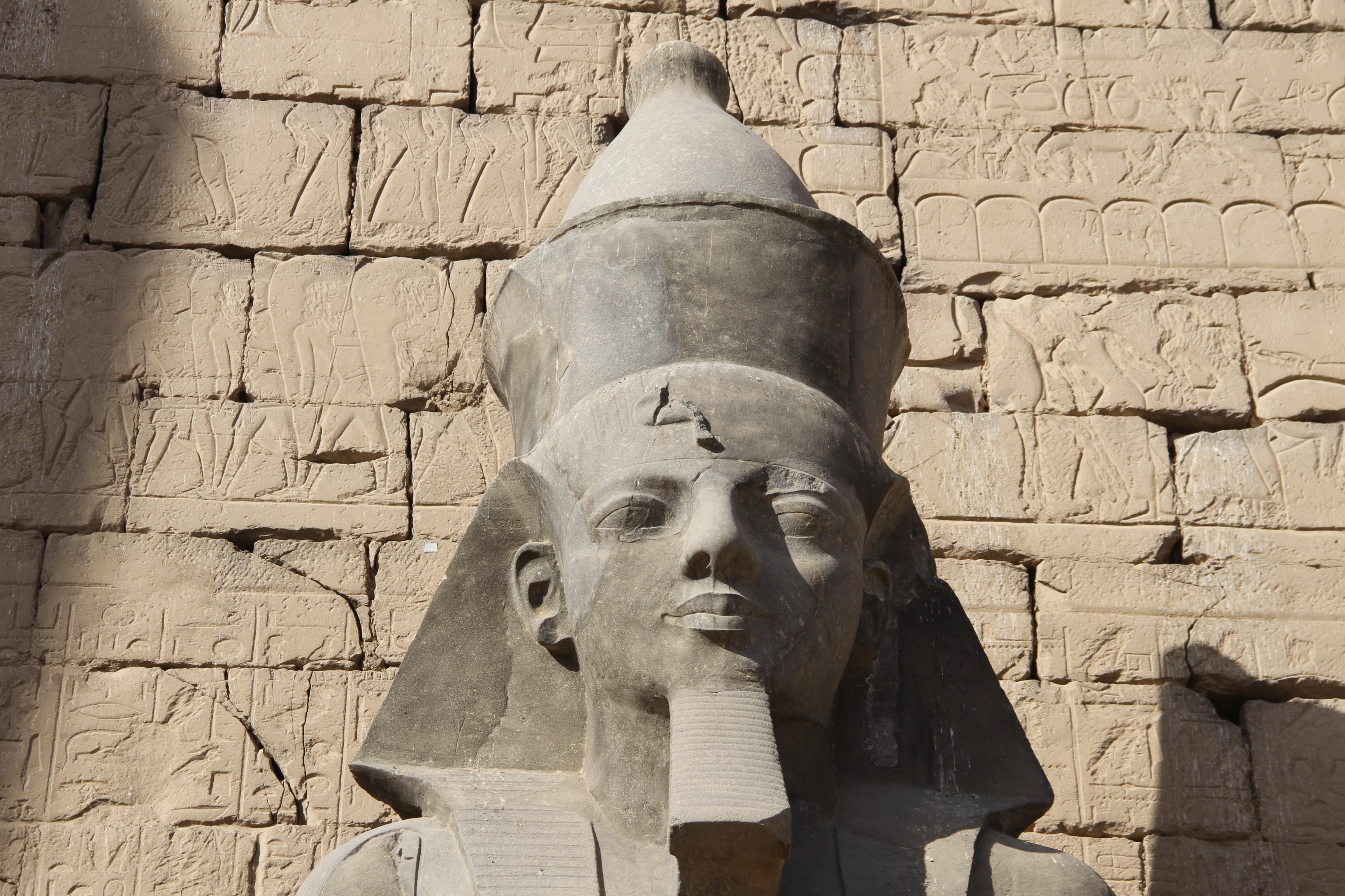 Голова статуи Рамсеса II перед Луксорским храмом