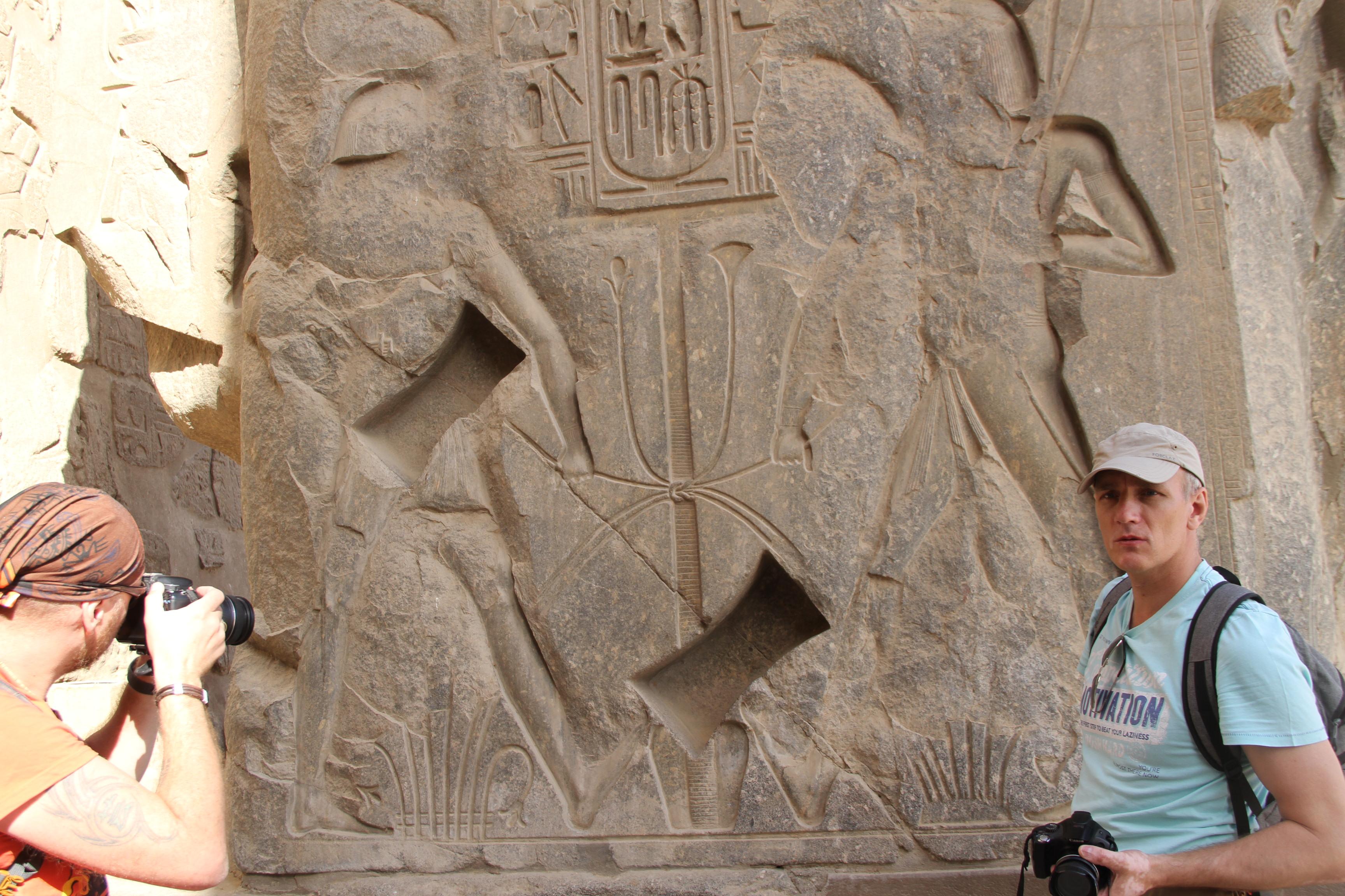 Выемки от ласточкиных хвостов восновании статуи Рамсеса II