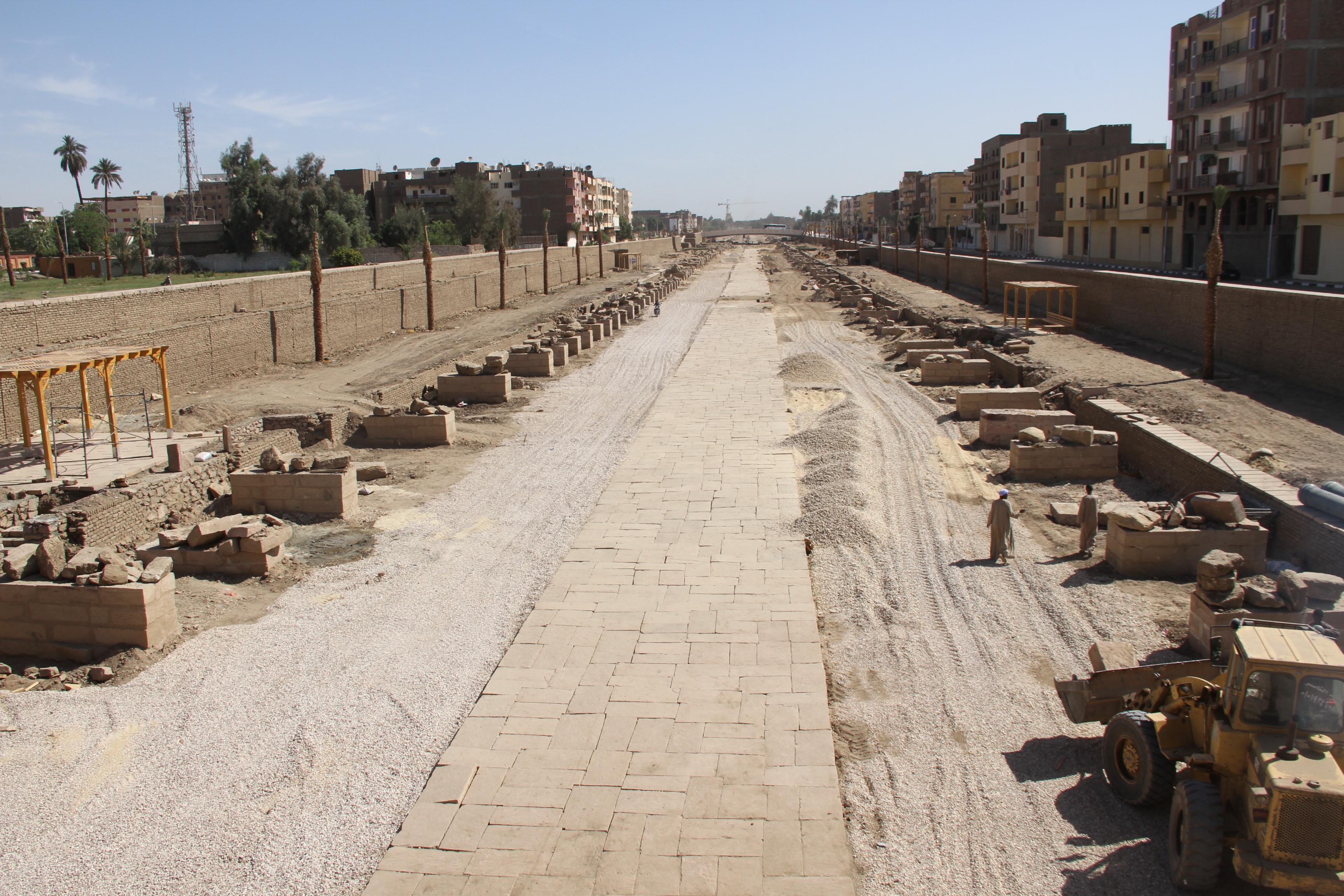 Аллея сфинксов, пересекающая город, сейчас реставрируется