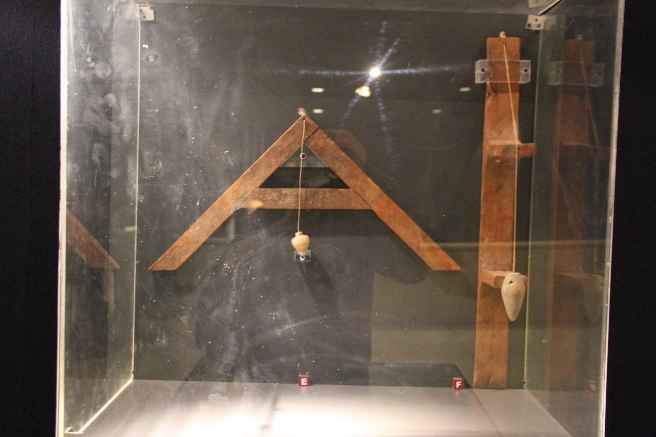 Приборы сотвесом для определения горизонтали ивертикали. Луксорский музей