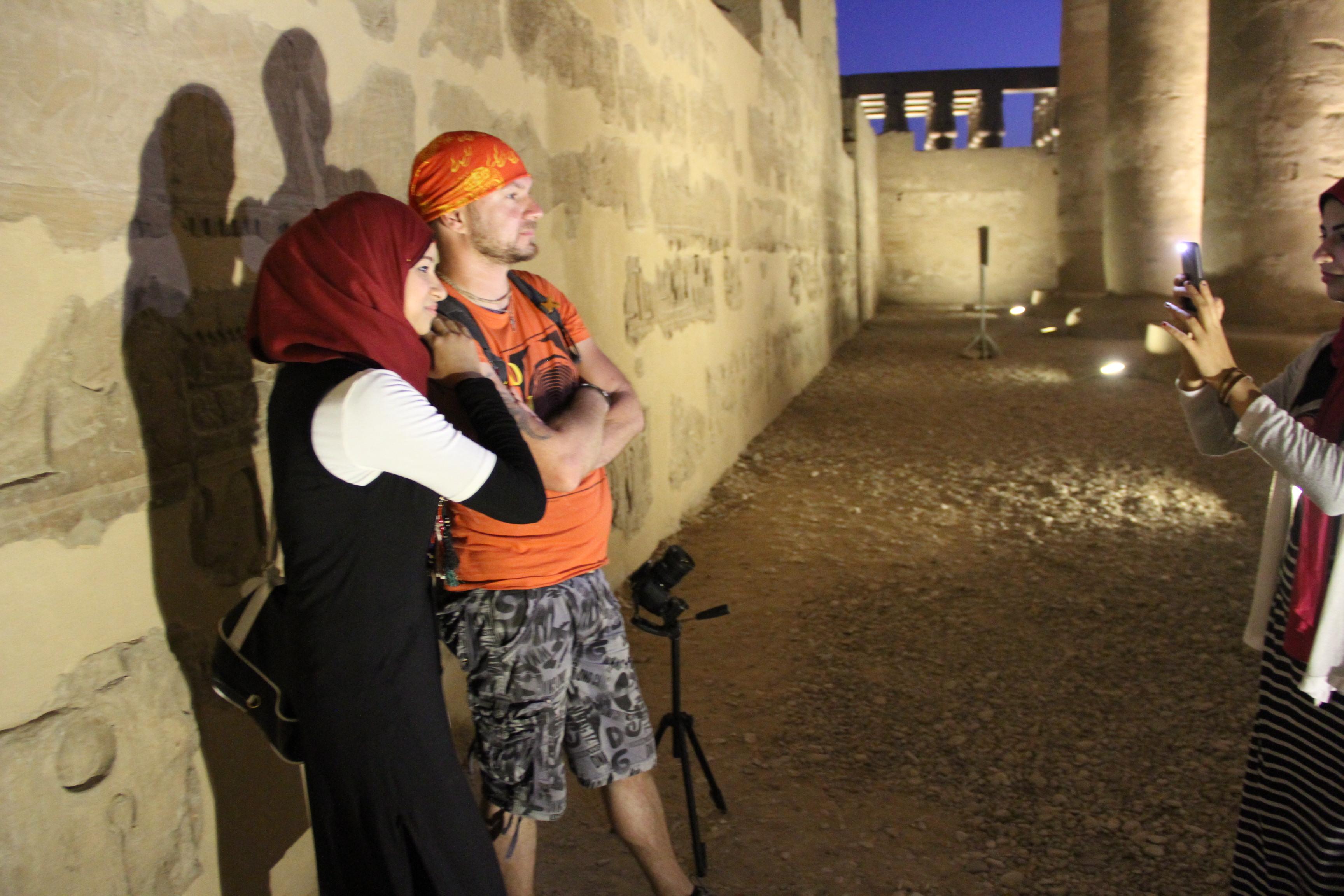 Египетские девушки фотографируются стуристом из далёкой Европы