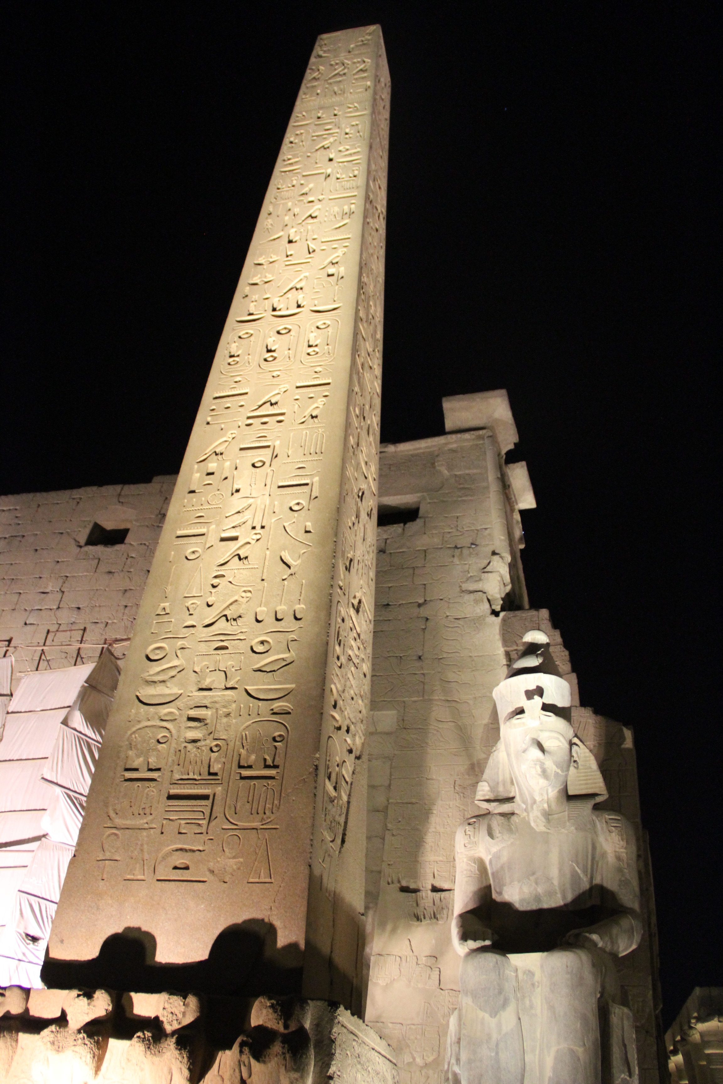 Обелиск перед Луксорским храмом