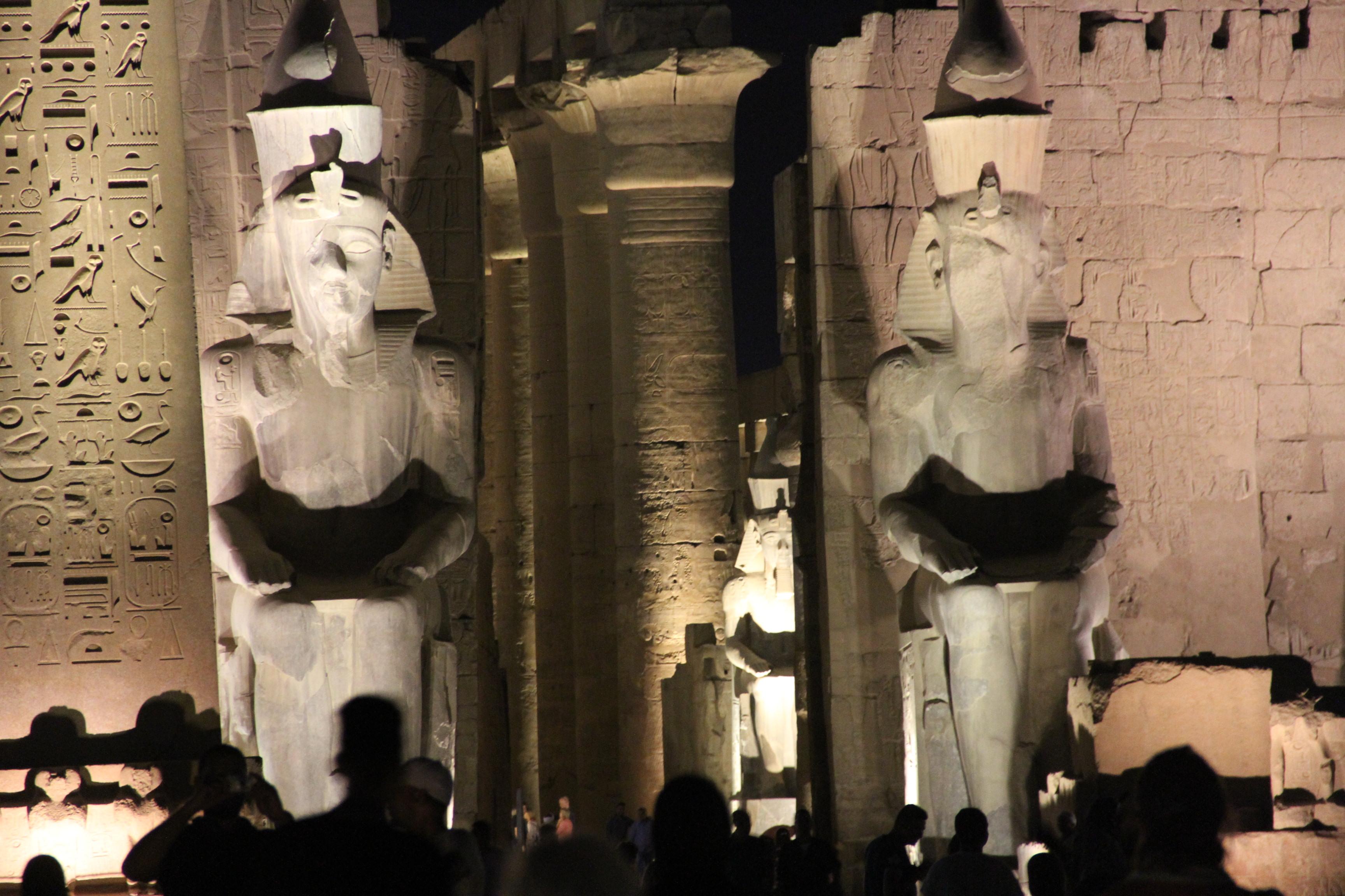Перед пилоном Рамсеса II. Луксорский храм, вечер