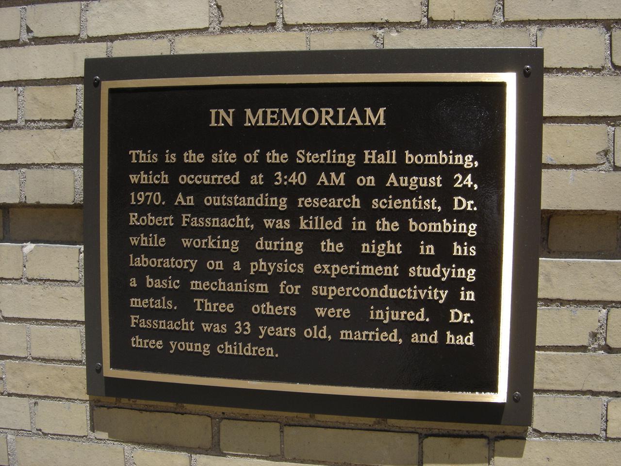 Мемориальная табличка, установленная наместе взрыва.