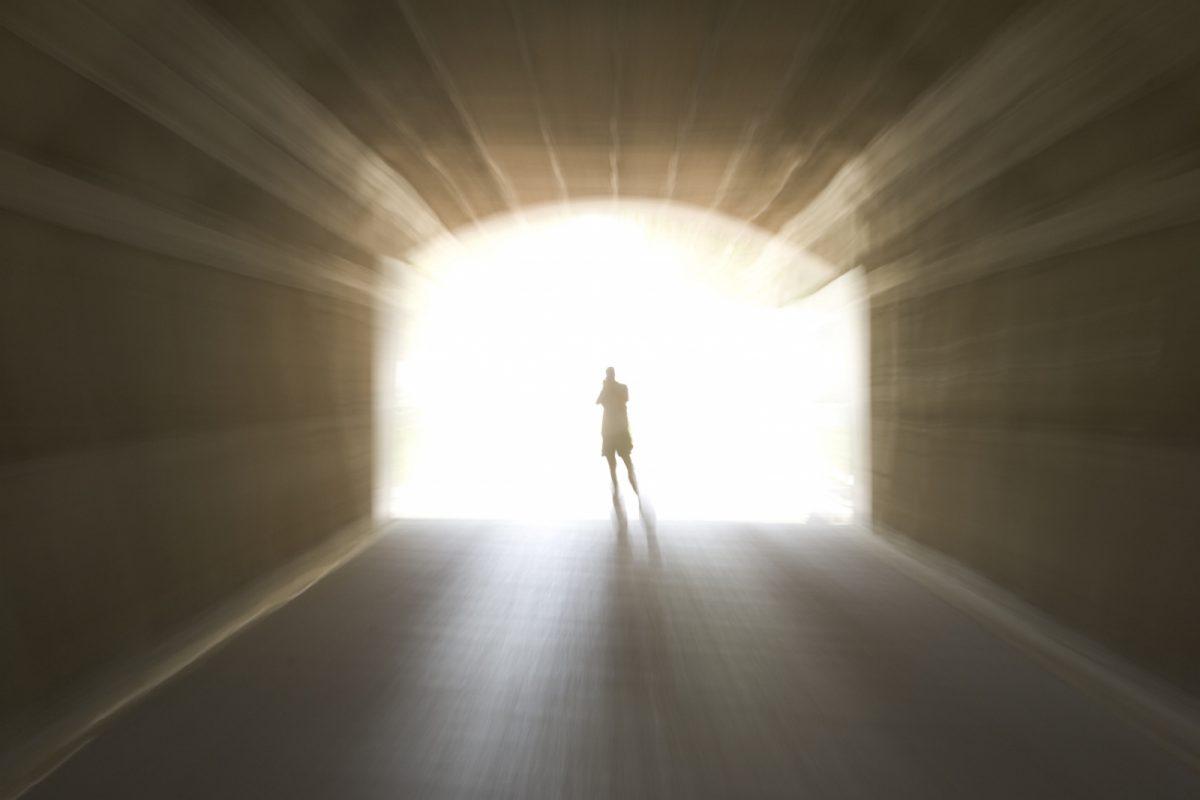 Многие люди, побывавшие награни жизни исмерти, рассказывают отом, как видели яркий свет, бежали или летели кнему по туннелю. Учёные полагают, что эти видения доказывают лишь то, что умирающий мозг начинает функционировать по-другому, и«загробная жизнь» тут совершенно ни при чём.