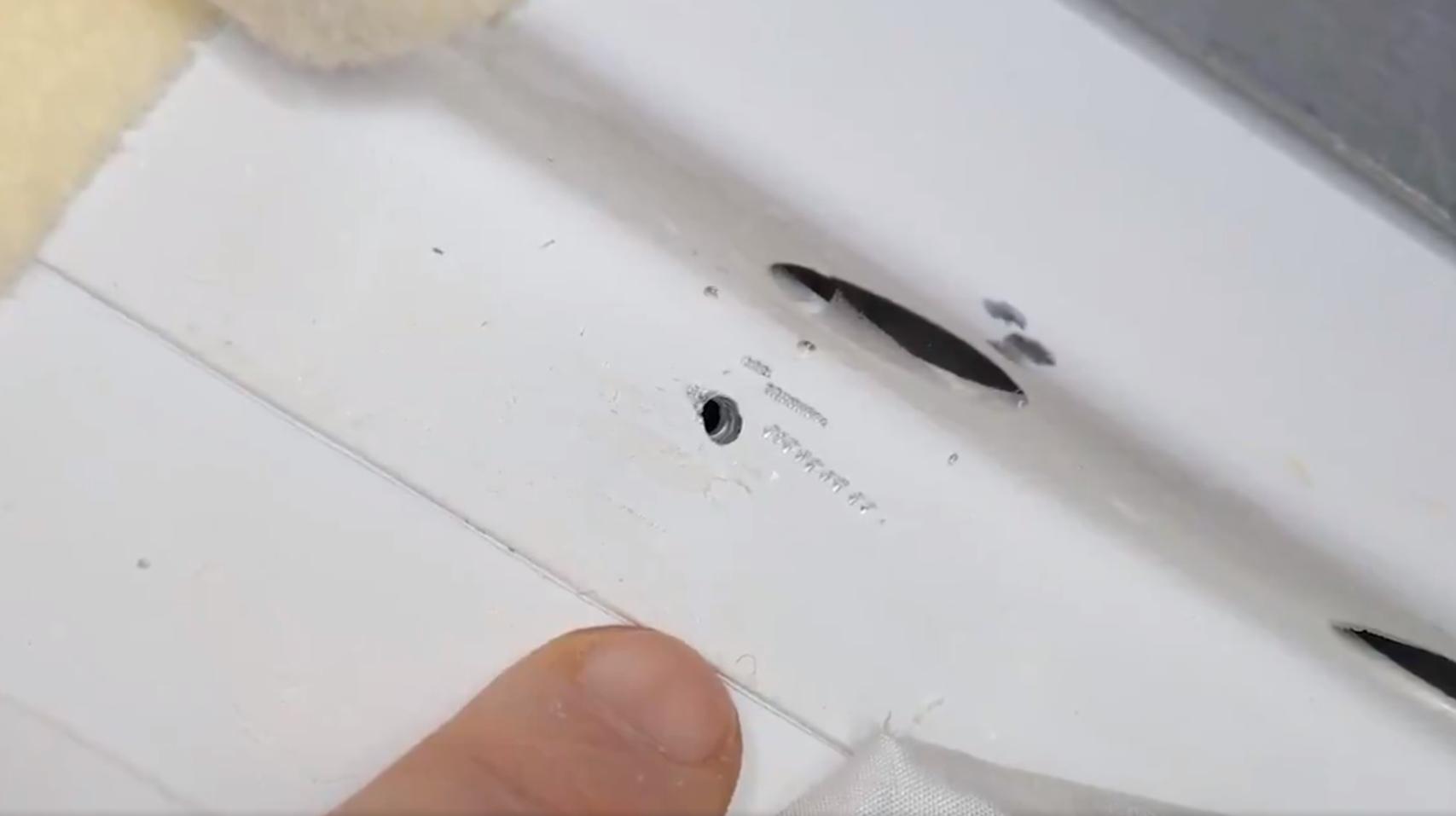Фотография отверстия во внутренней обшивке корабля «Союз».