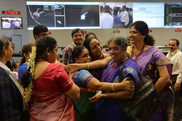 Фото женщин-исследовательниц, отмечающих выход спутника наорбиту Марса.