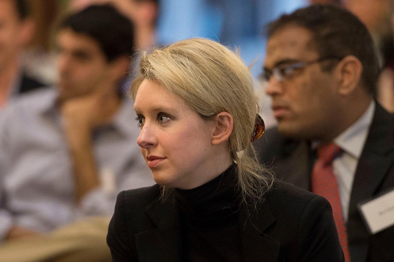 Элизабет Холмс вalma mater, Стэнфордском университете (Stanford University). Снимок 2013г.