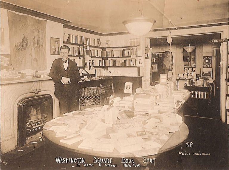 Эгмонт Аренс нарекламной открытке его книжного магазина вГринвич-Виллидже.