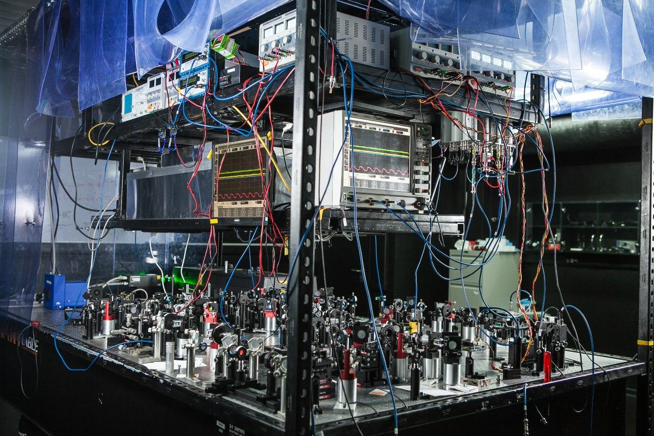 Установка для квантовой телепортации кубитов. Фотография пресс-службы РКЦ.