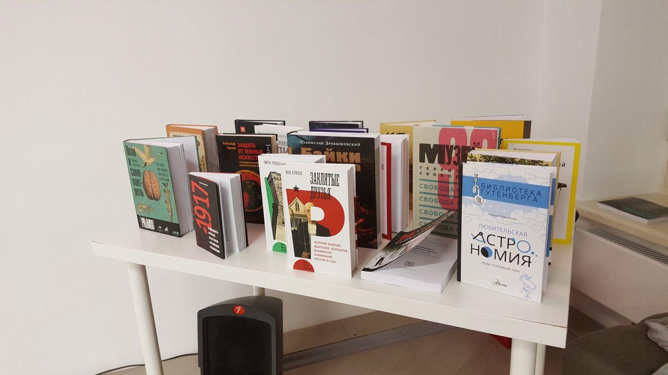 Ежегодно жюри премии получает около 150 книг. Вкороткий список входят всего 8.