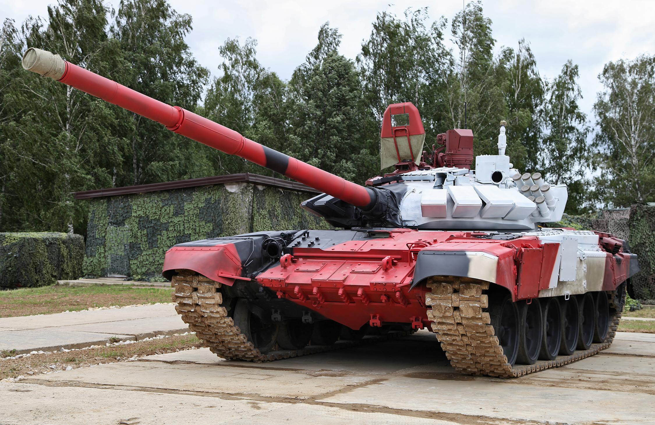 Танк Т-72Б3 образца 2014 года враскраске для танкового биатлона. Отличается наличием панорамного тепловизионного прибора командира, увеличенной мощностью двигателя, автоматом переключения передач исистемой управления движения сречевым информатором критических режимов работы узлов.