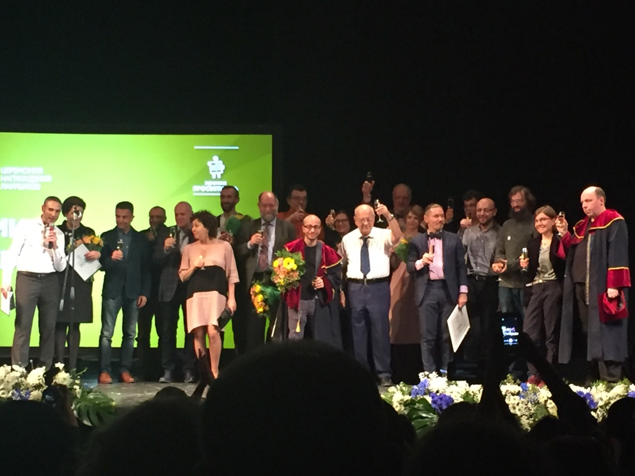 «Страдающее средневековье» и«От атомов кдреву»— объявлены победители премии «Просветитель» 2018 года