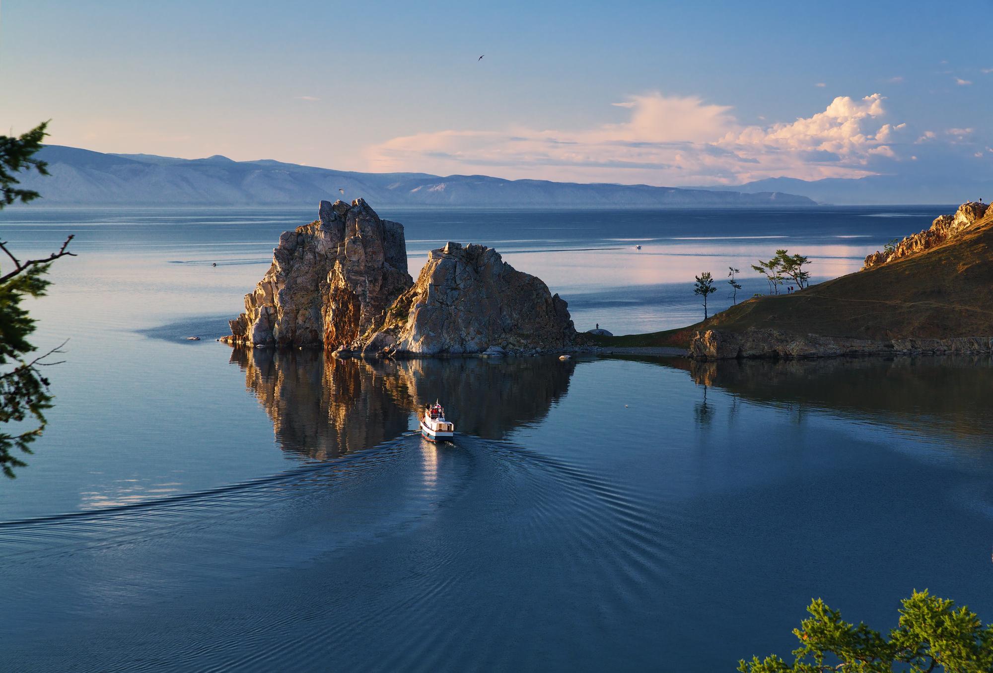 Скала Шаманка наострове Ольхон, озеро Байкал.