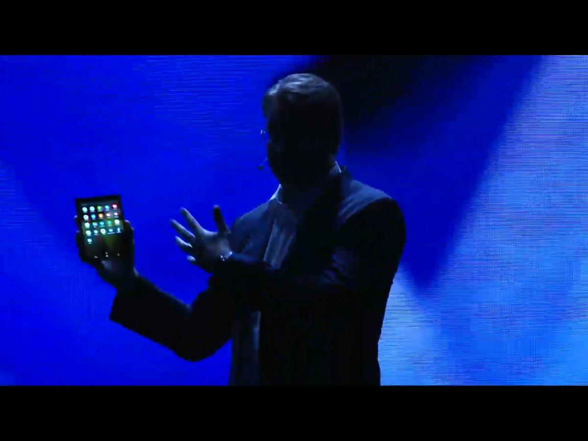 Джастин Денисон демонстрирует «бесконечно гибкий экран».