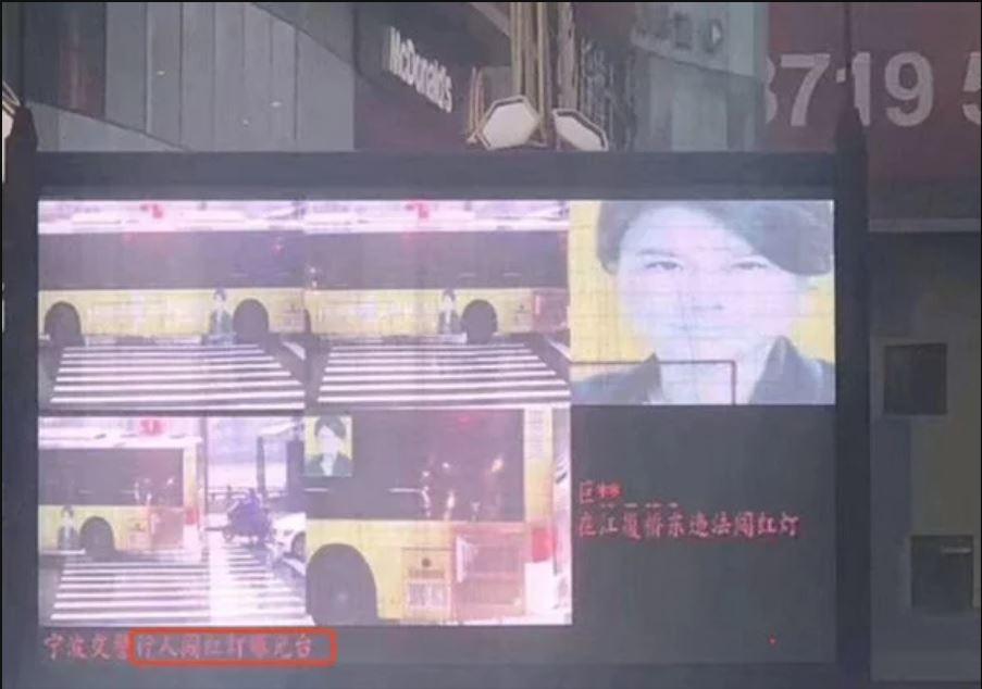ИИ ошибся дважды. Когда принял за пешехода лицо нарекламном плакате икогда определил Дун Минчжу как другого человека.