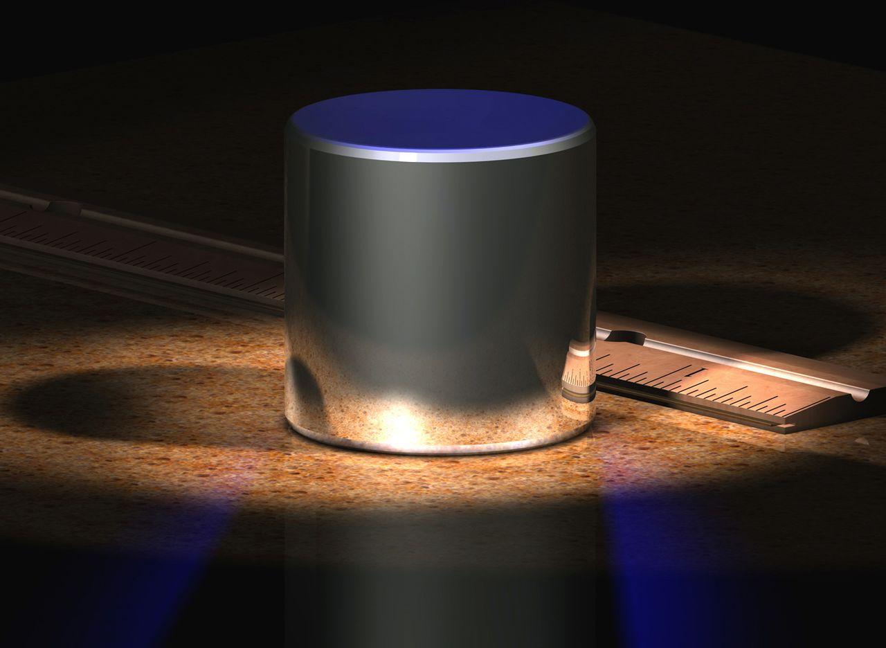 Международный прототип (эталон) килограмма хранится вМеждународном бюро мер ивесов (расположено вСевре близ Парижа) ипредставляет собой цилиндр диаметром ивысотой 39,17 мм из сплава платины ииридия (90% платины, 10% иридия).