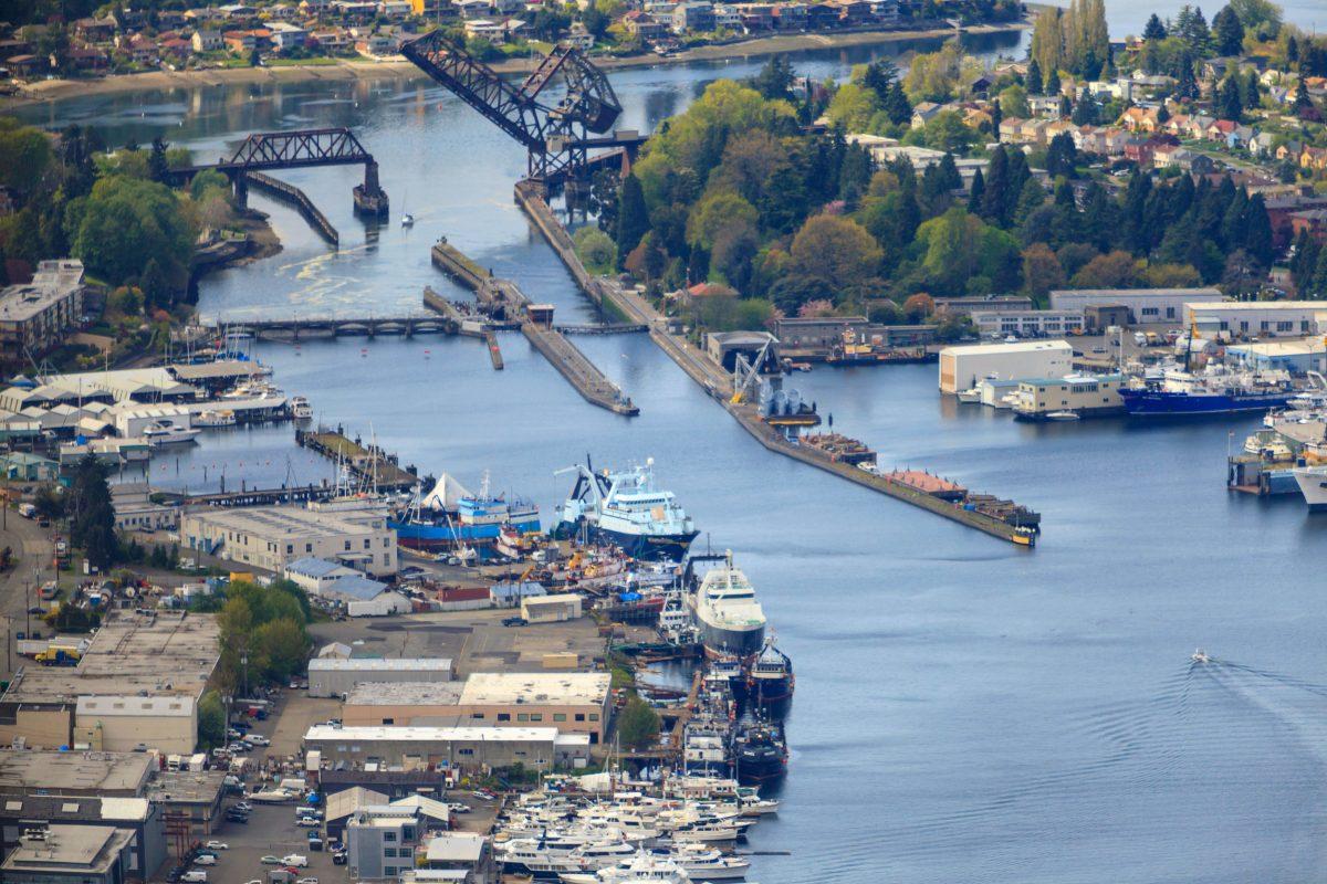 Канал со шлюзами Хирама М. Читтендена соединяет залив Пьюджет созером Вашингтон вштате Вашингтон