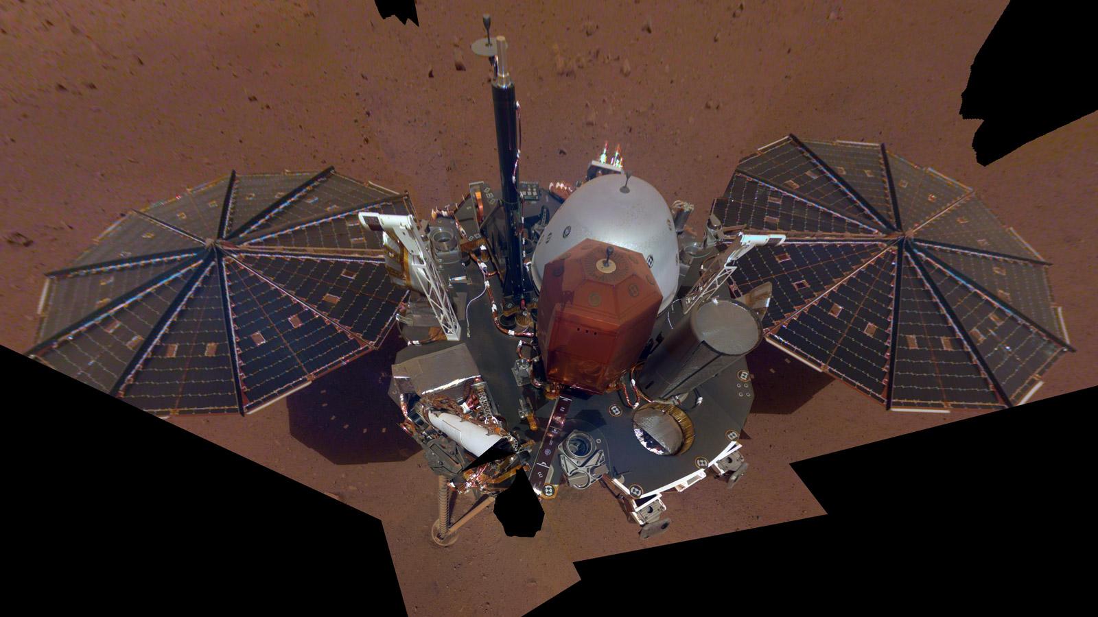 InSight наМарсе. Это первое селфи аппарата— он оборудован камерой нароботизированной руке.