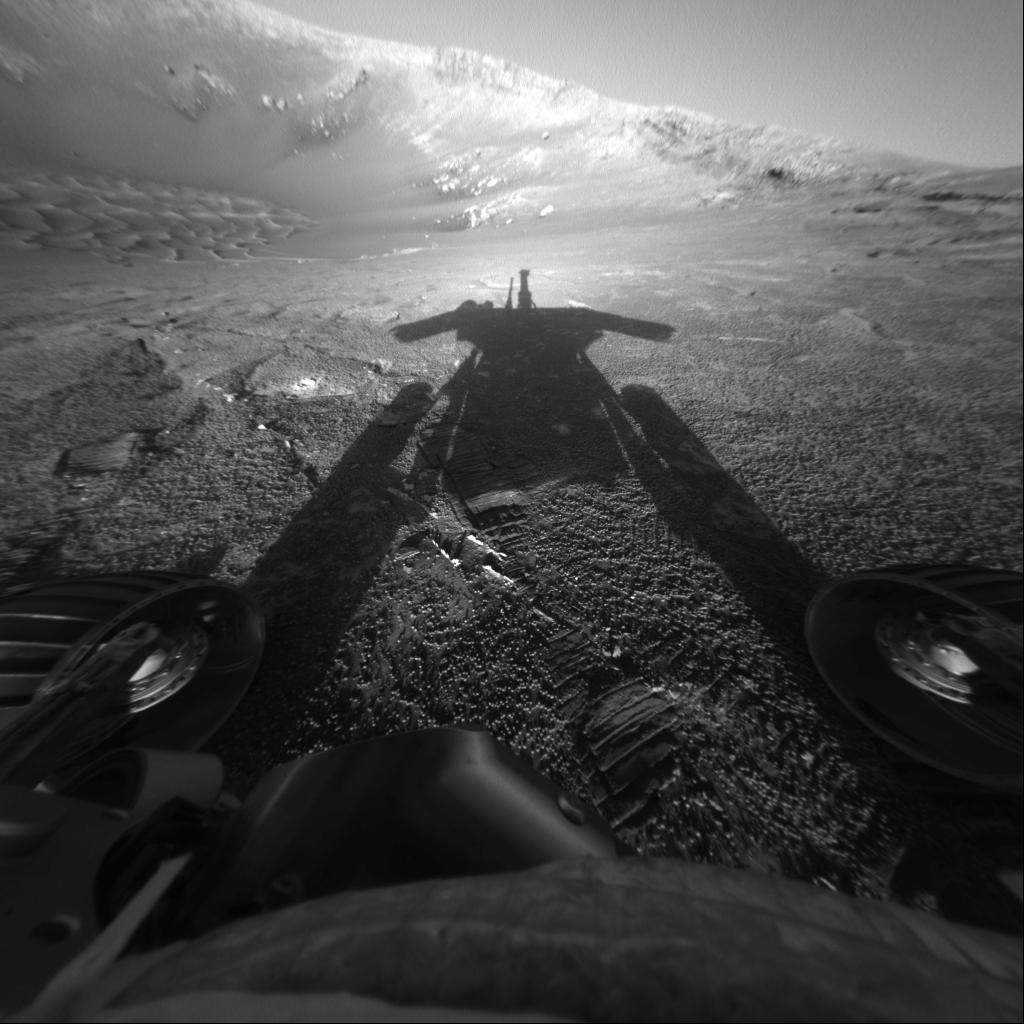 Тень марсохода Opportunity. Фото сделано 26 июля 2004 года.