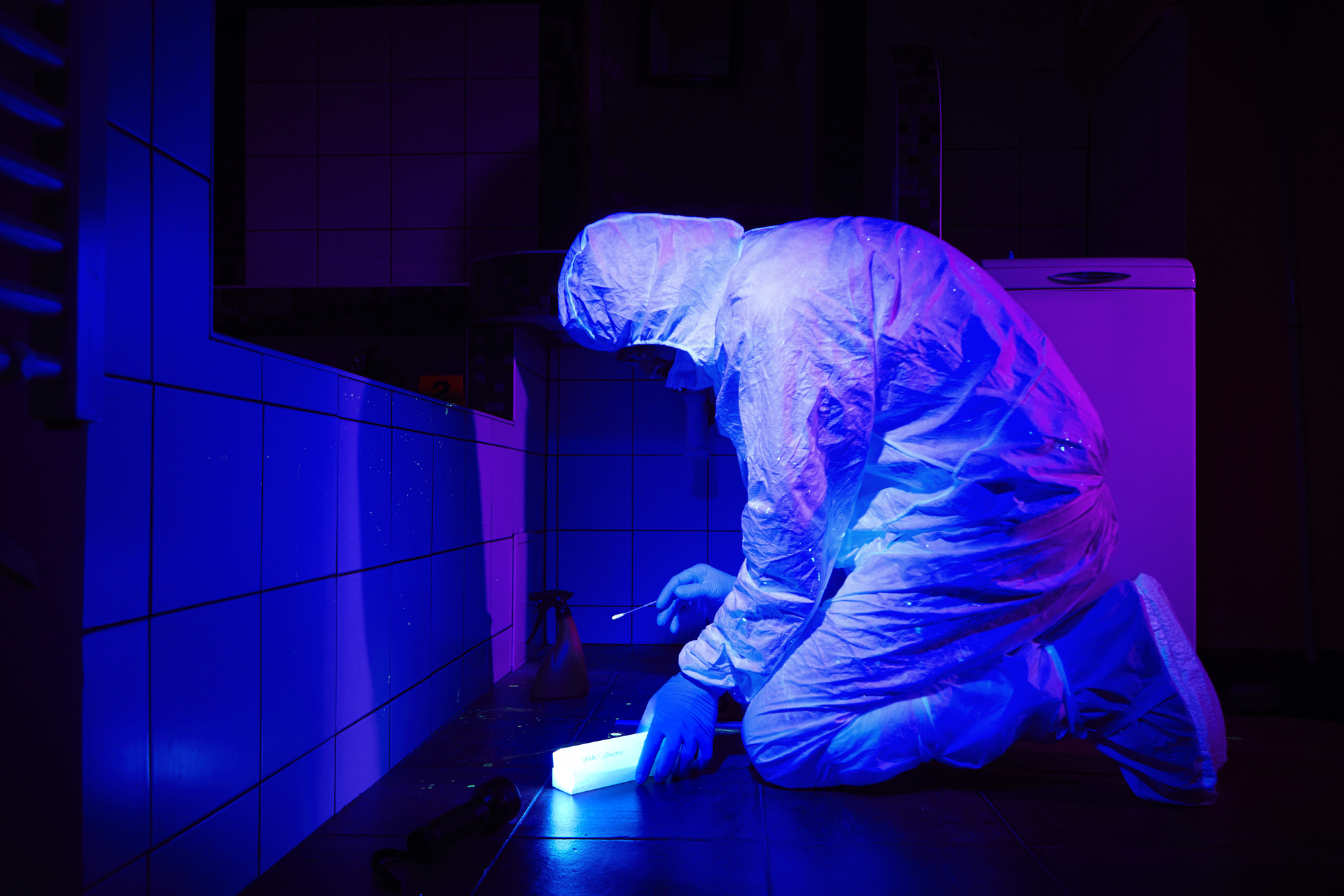 """Сбор образцов <abbr lang=""""ru"""" title=""""Дезоксирибонуклеиновая кислота"""">ДНК</abbr> наместе преступления."""