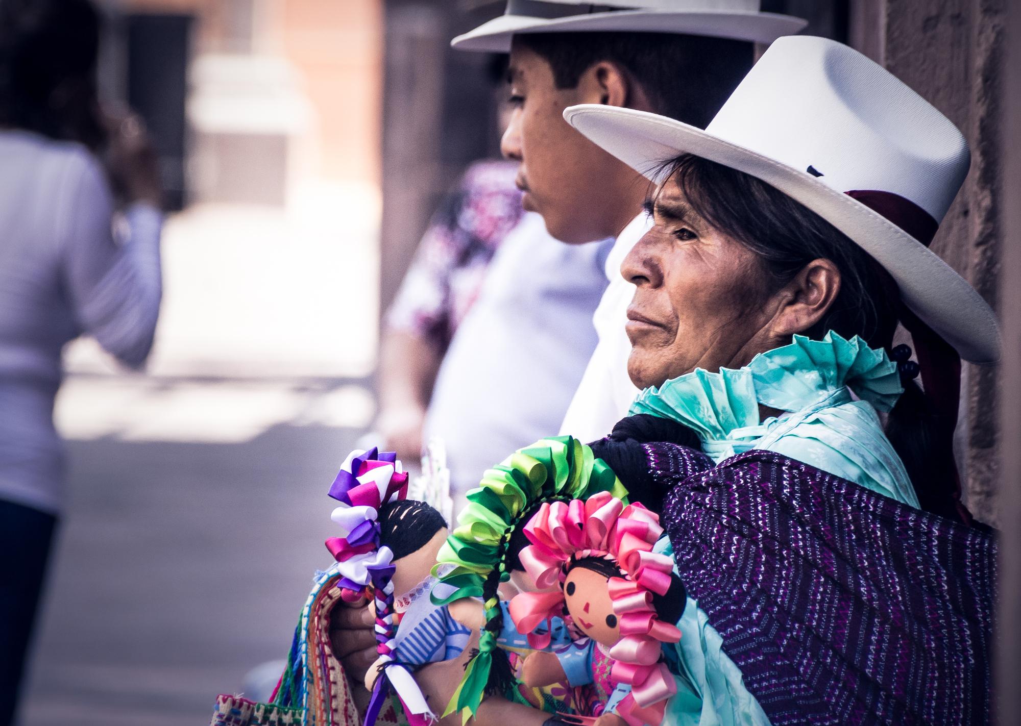 Ввыборке из 6300 уроженцев разных стран Латинской Америки самыми темнокожими оказались мексиканцы. Нафото: мексиканка продаёт кукол ручной работы.