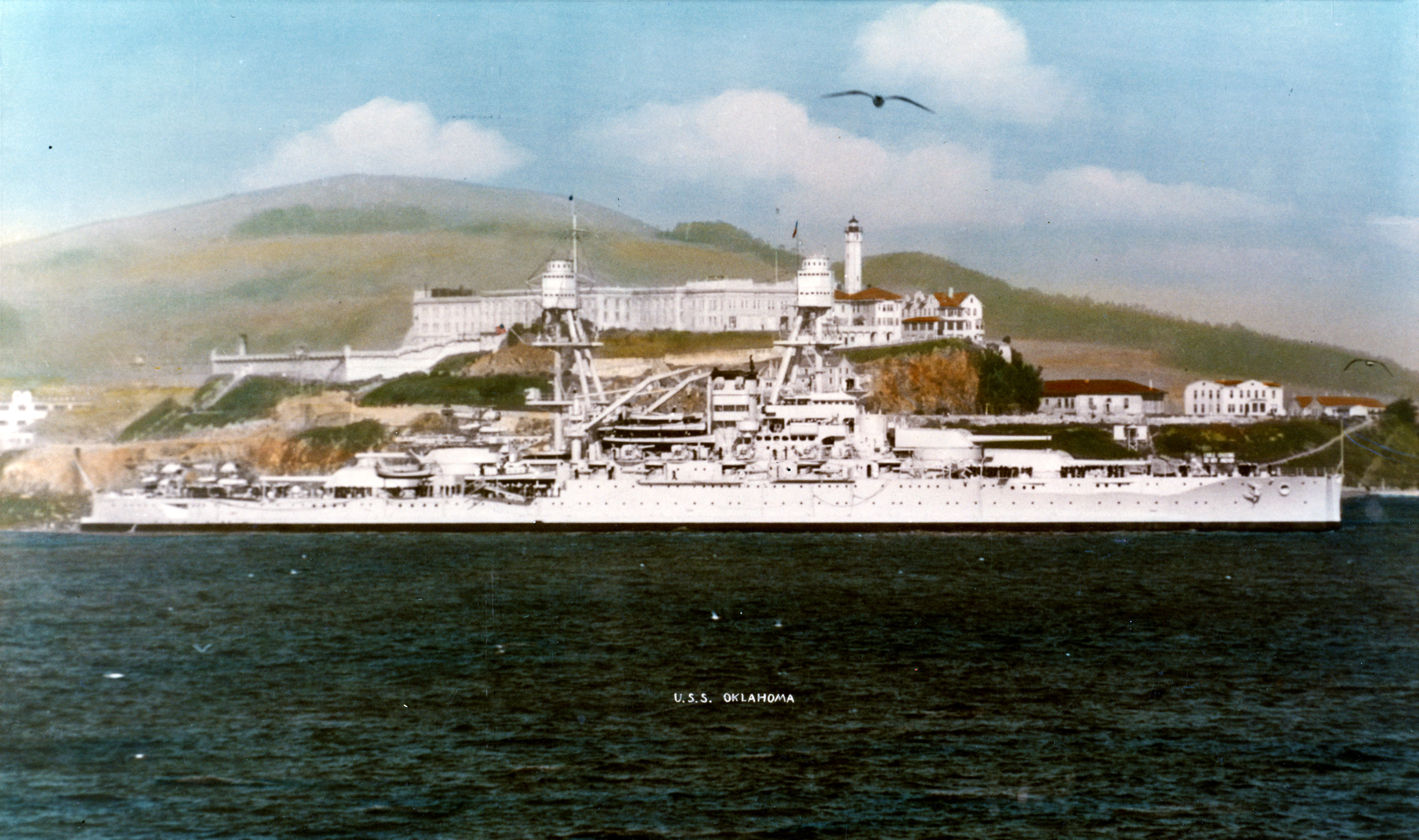 USS Oklahoma (BB-37)  проходит мимо острова Алькатрас. Фото: U.S. Naval History and Heritage Command Photograph.