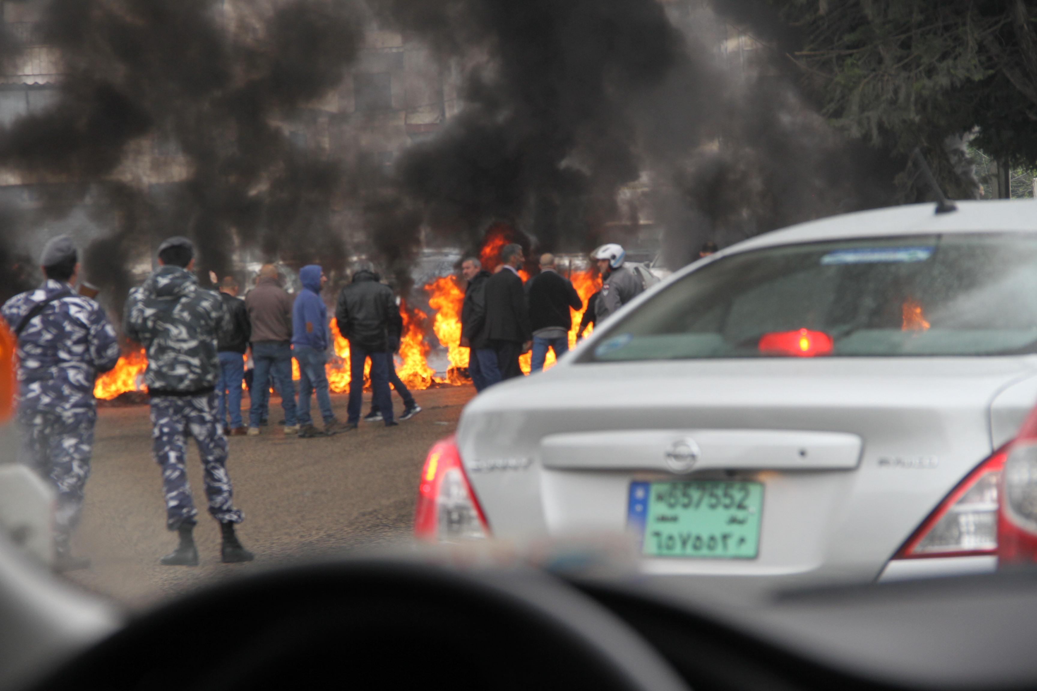Демонстрация недалеко от Бейрута. Горит дорога