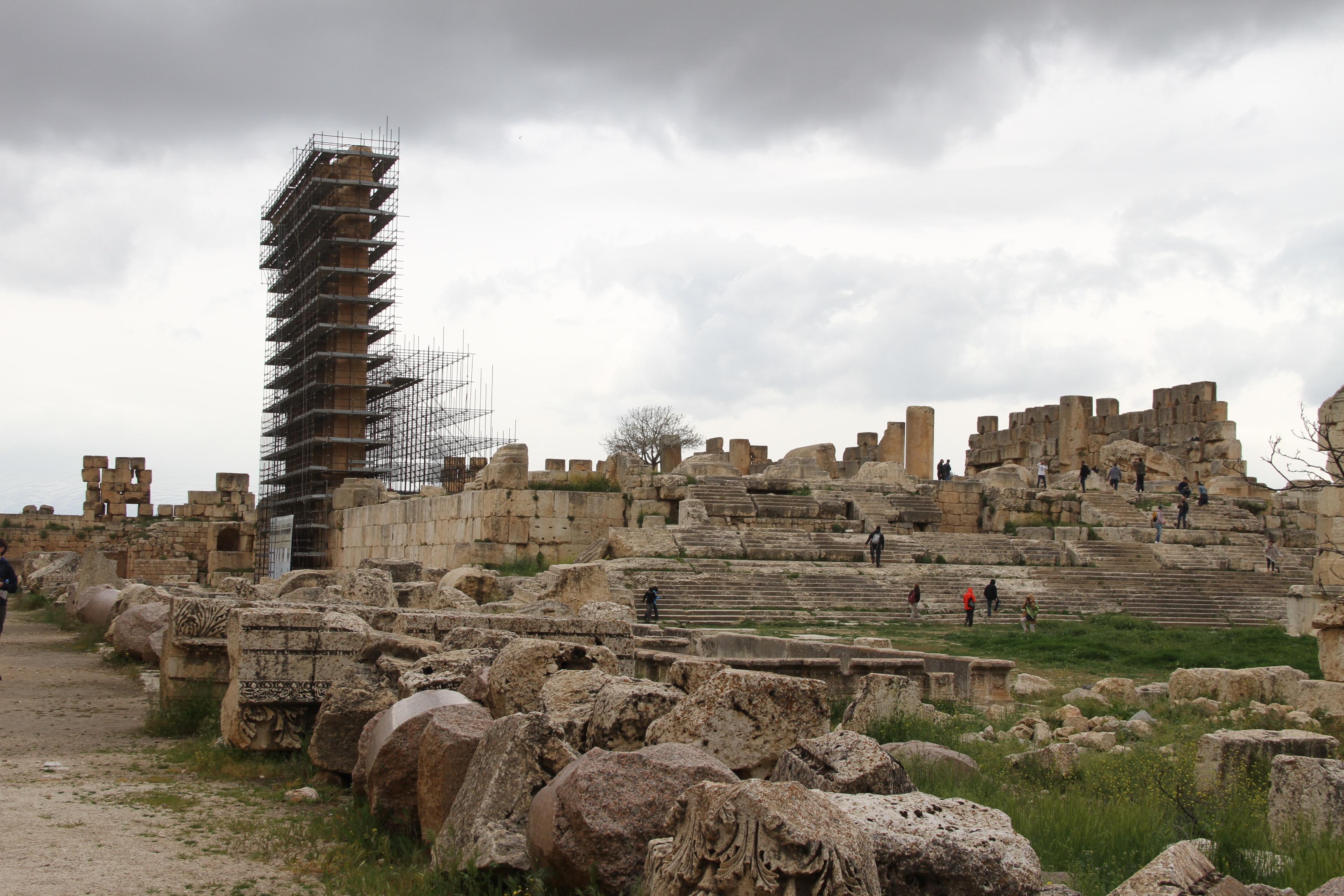 Храмовый комплекс вБаальбеке. Слева влесах колонны храма Юпитера.