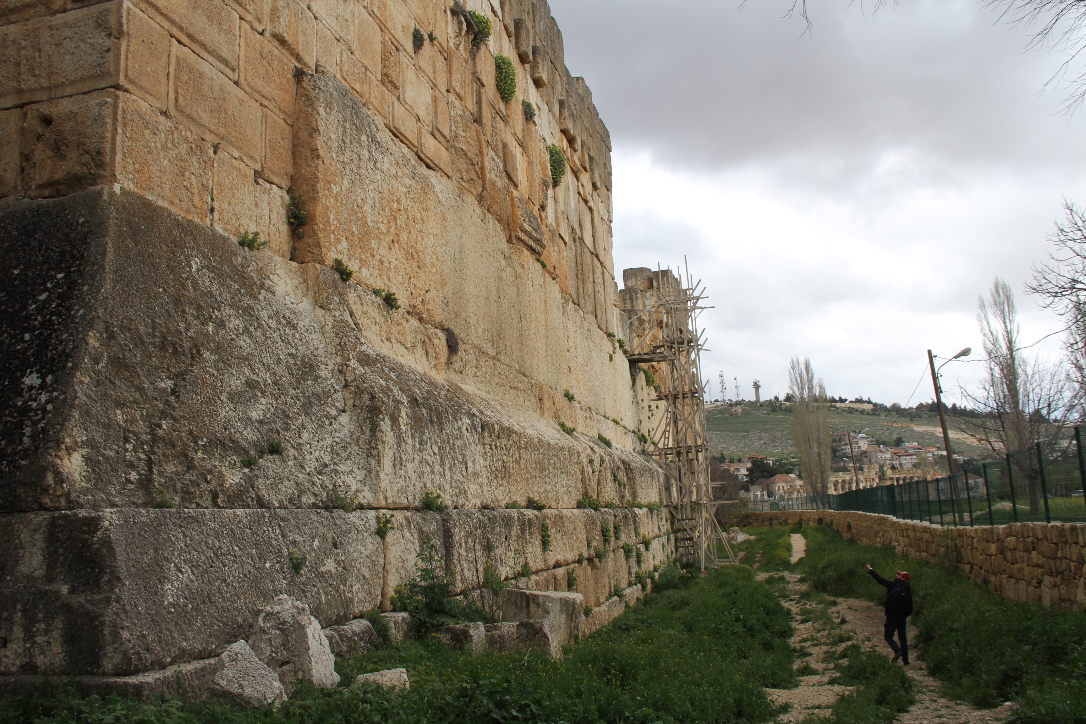 Трилитон вБаальбеке— 3 огромных известняковых блока вподпорной стене