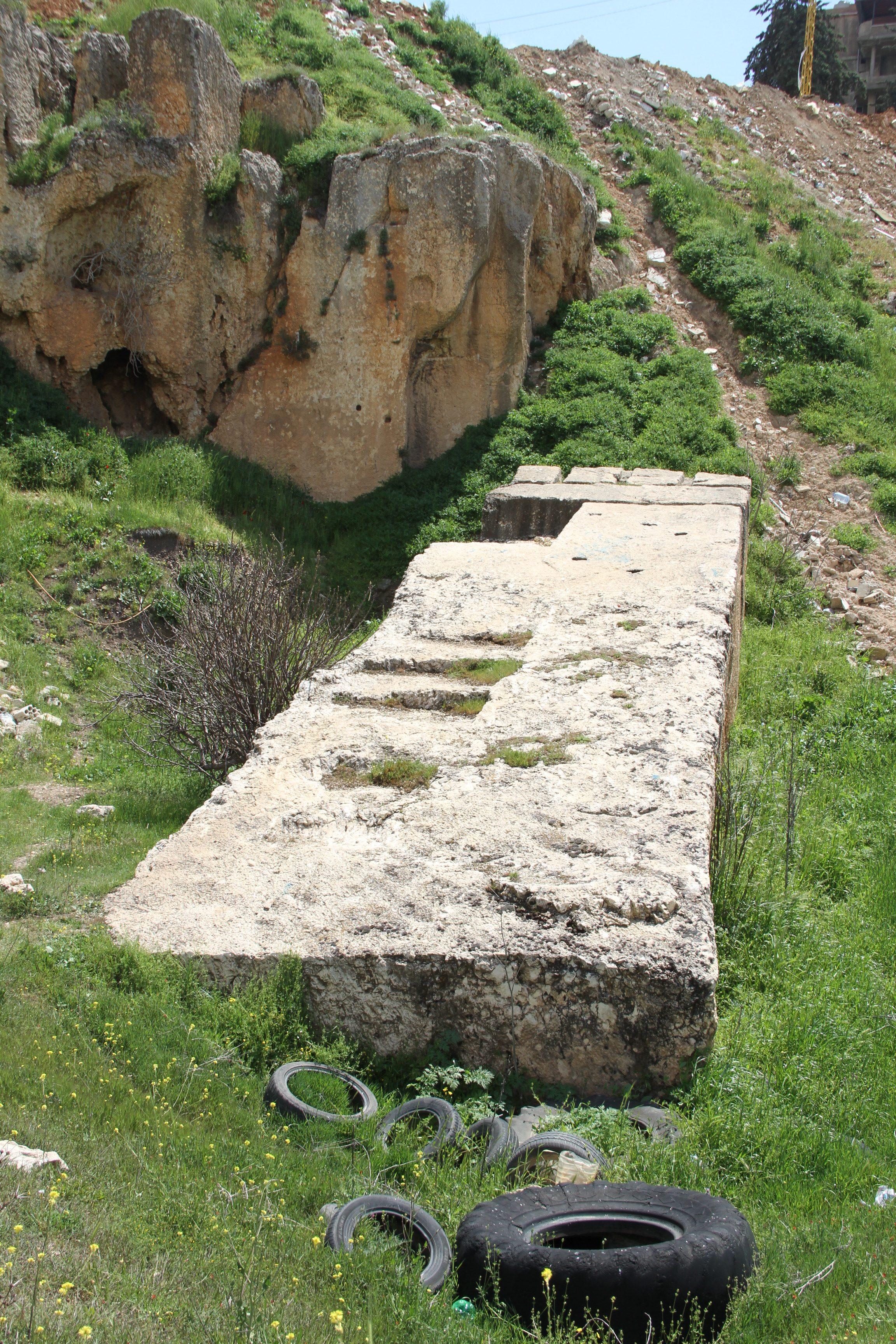 Третий мегалит вкаменоломнях Баальбека. Вокруг— свалка