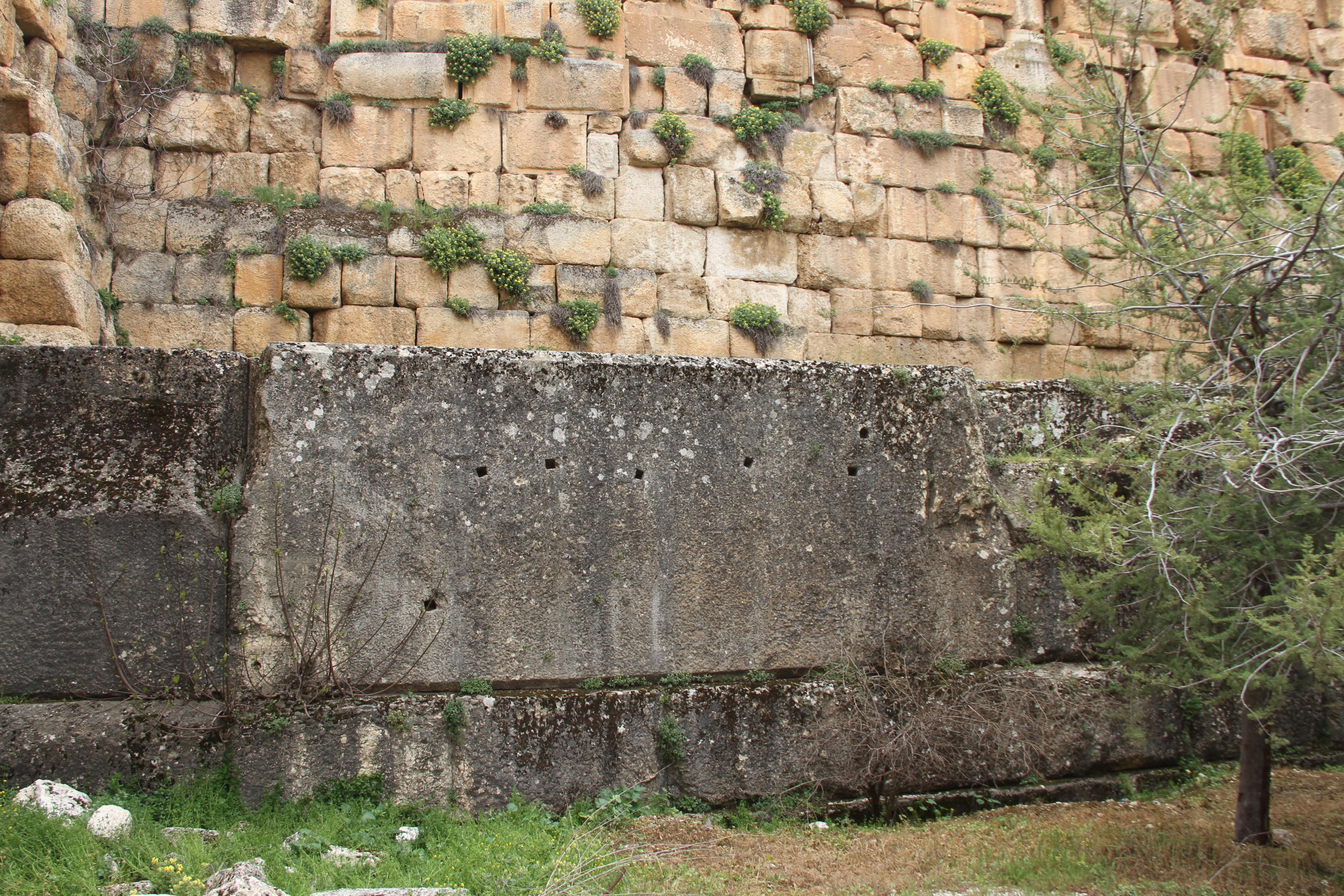 Такие же отверстия видны вблоках храмового комплекса