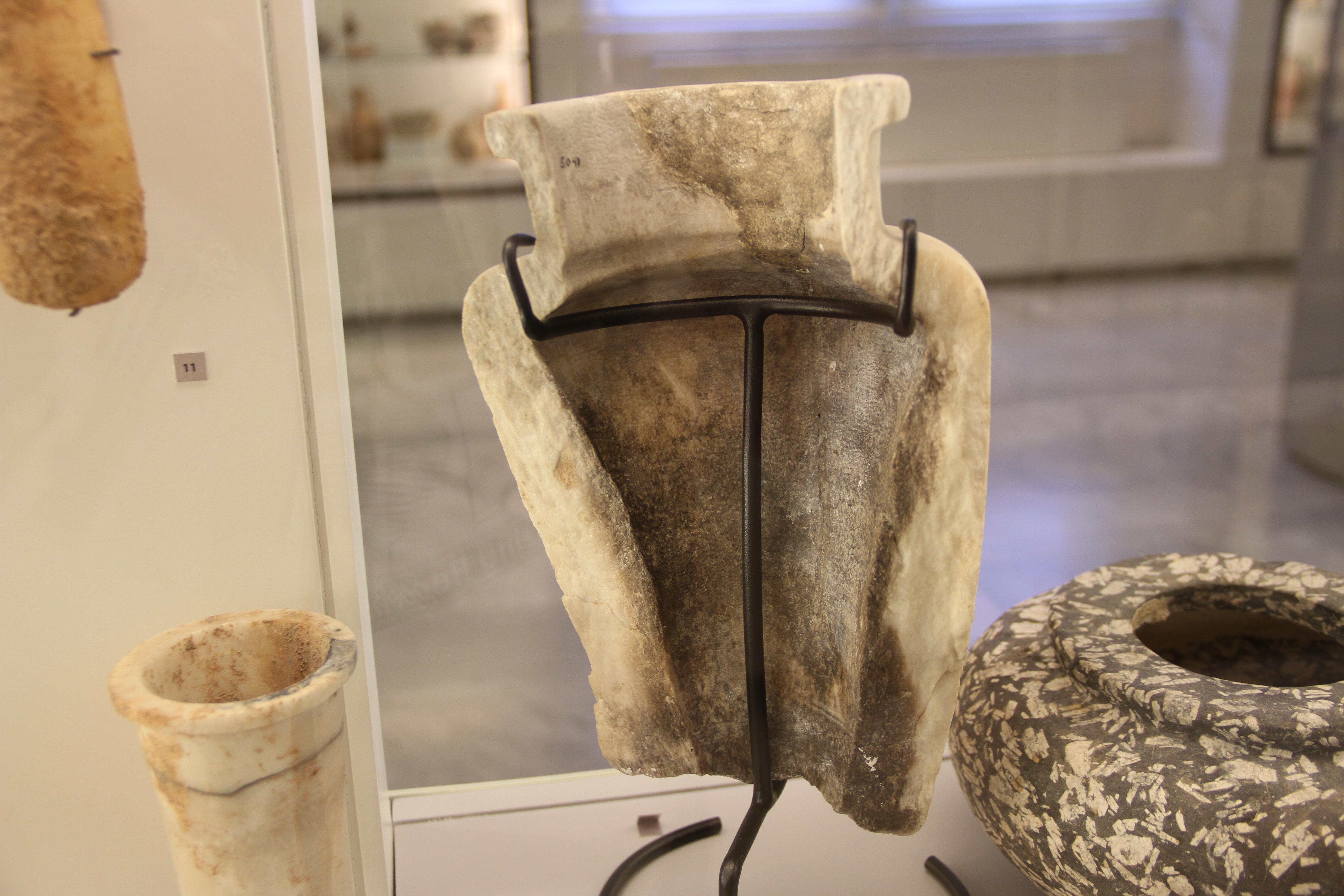 Расколотая алебастровая ваза вМузее археологии Американского университета вБейруте